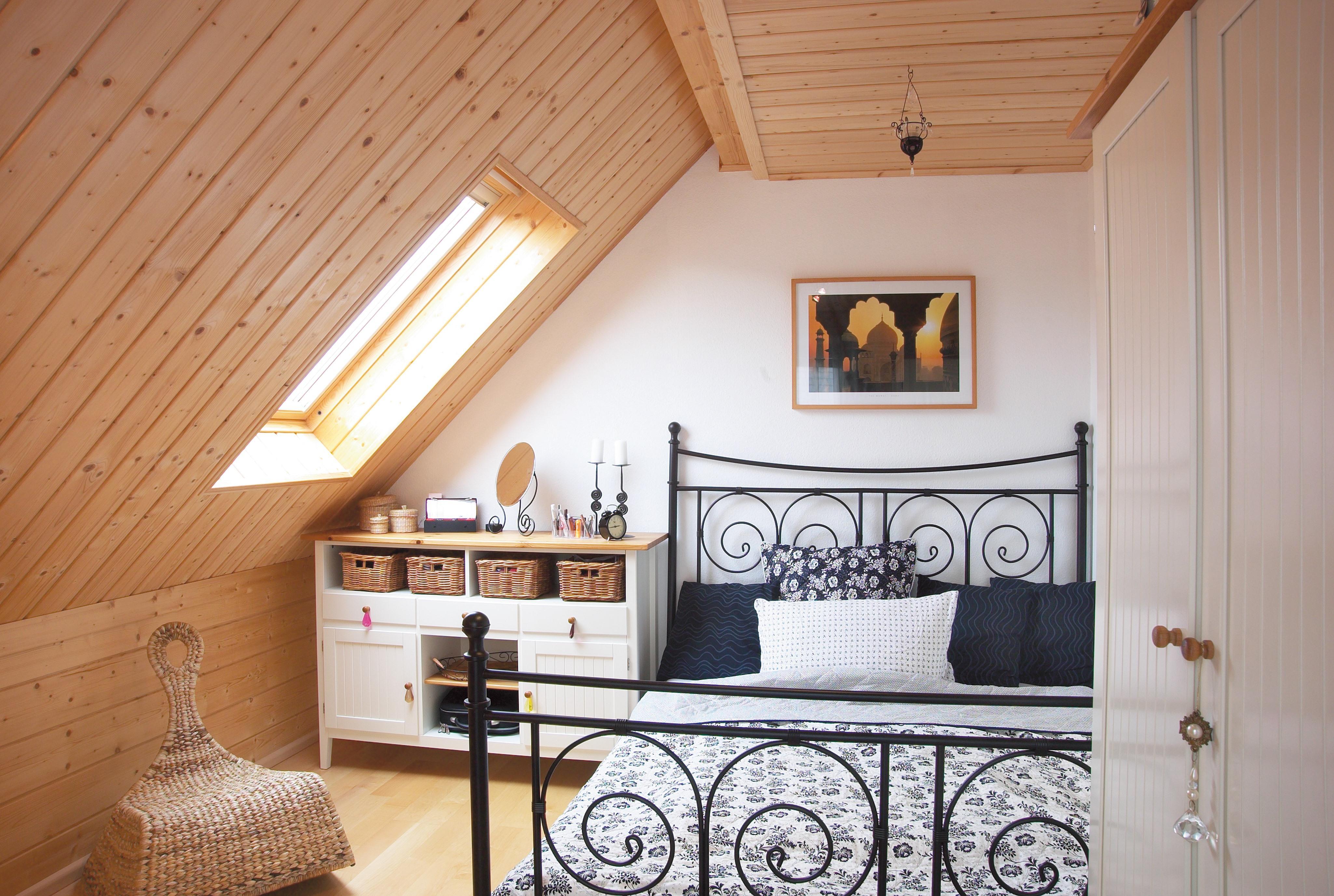 Schlafzimmer Mit Schraegen Holzpaneelen Dachschraege Bett Deckenpaneel  Holzhaus Bettwaesche Kommode Schaukelstuhl Kleiderschrank Holzpaneel  Wandpaneel ...