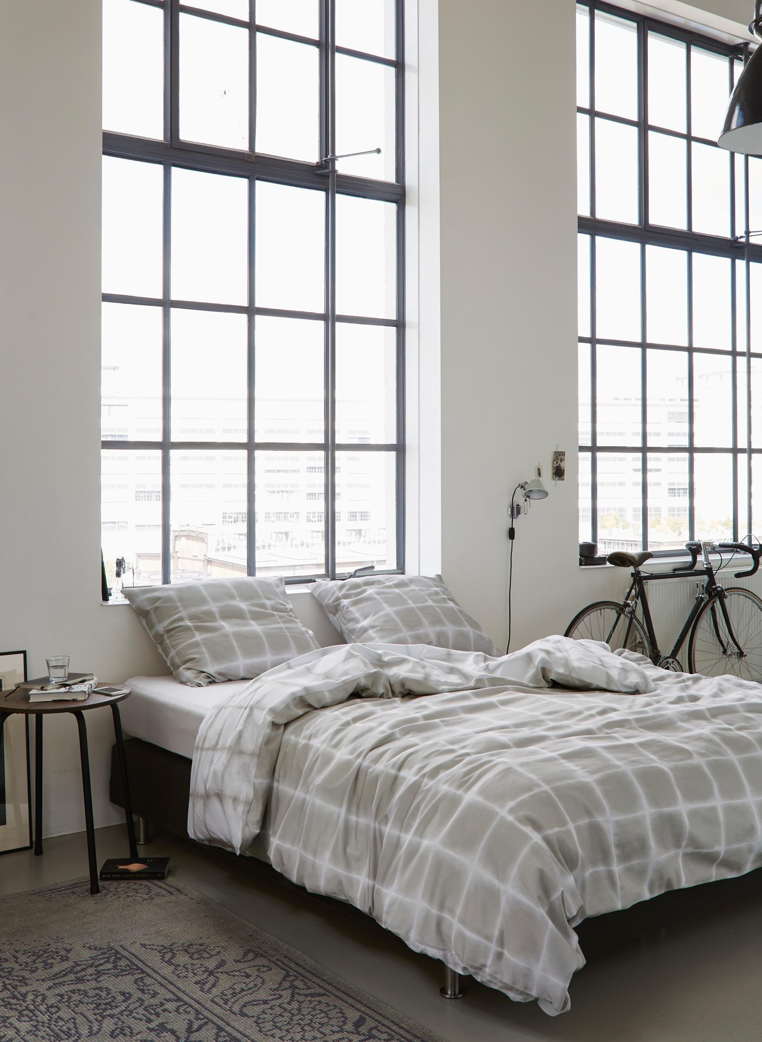 Schlafzimmer Mit Sprossenfenstern #bett #bettwäsche #sprossenfenster  #schlafzimmergestalten #zimmergestaltung ©Essenza Home