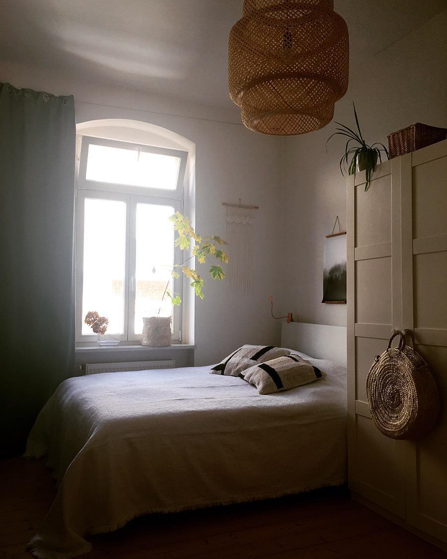 #schlafzimmer #tagesdecke #kissen #kissenliebe #rattanlampe #ahornbaum