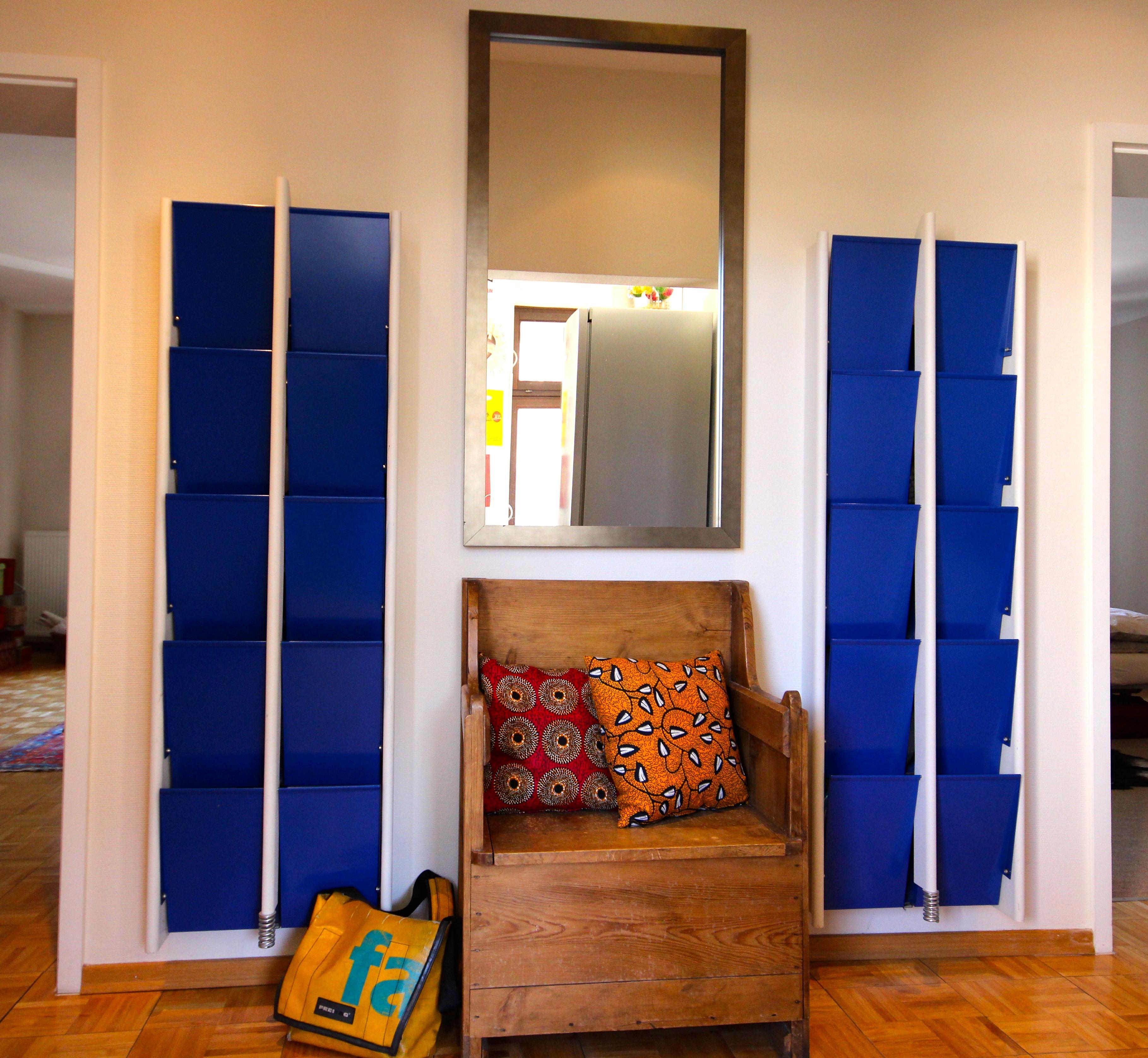 sch ne alte holzbank im flur kissen wandspiegel h. Black Bedroom Furniture Sets. Home Design Ideas