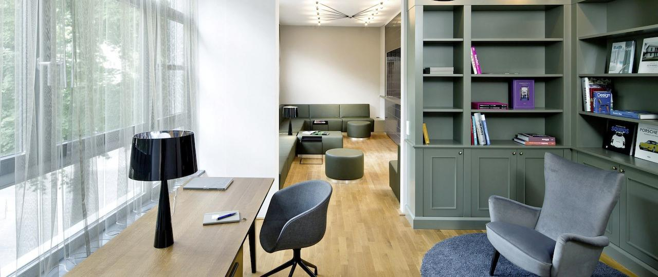 Schönes Raum #holztisch #sessel #wandschrank #sofa #grauersessel  #schalensessel ©http
