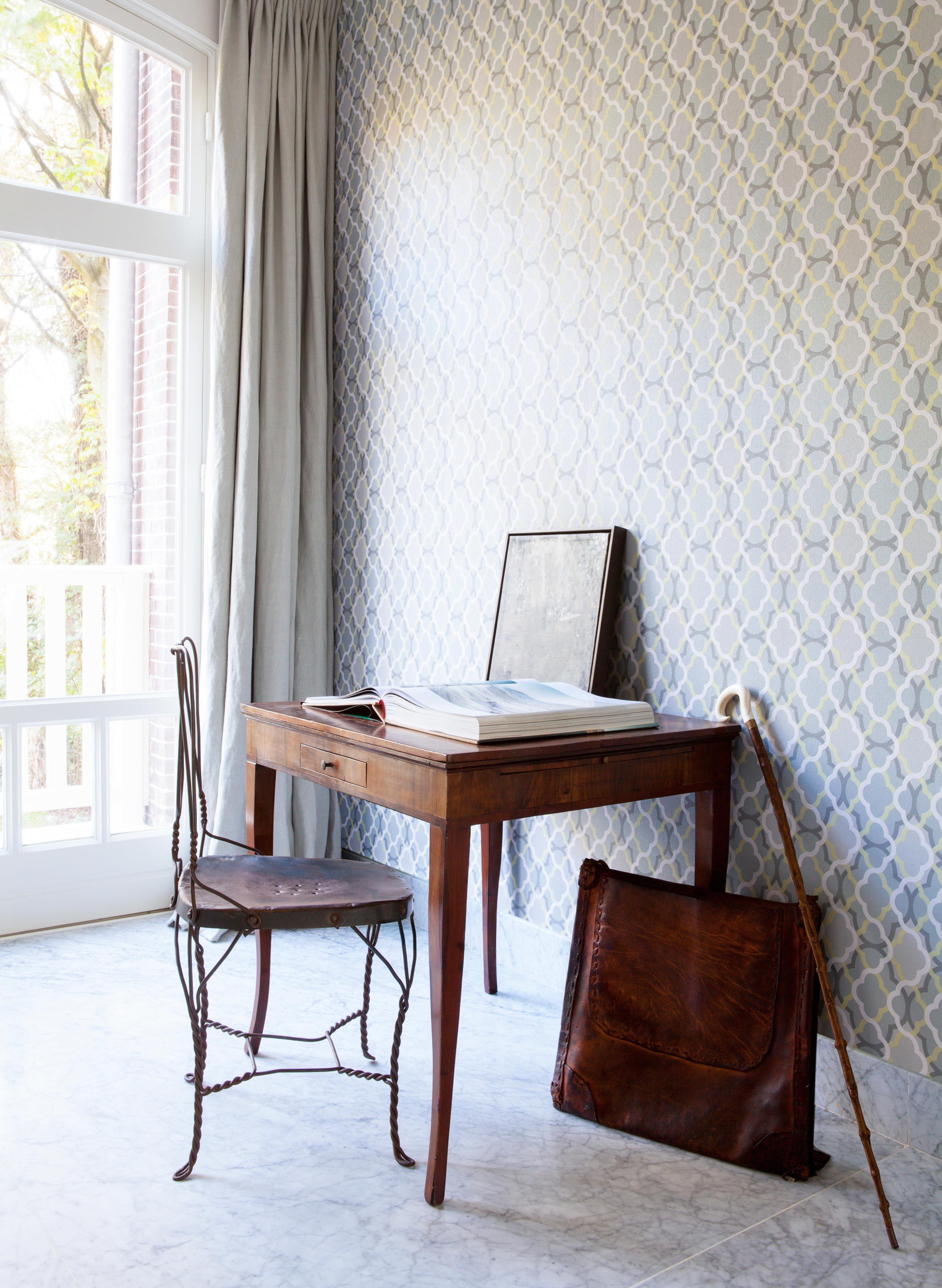 Schreibtisch Im Vintage Stil #schreibtisch #vintage #holzstuhl #marmorboden  ©BN Wallcoverings