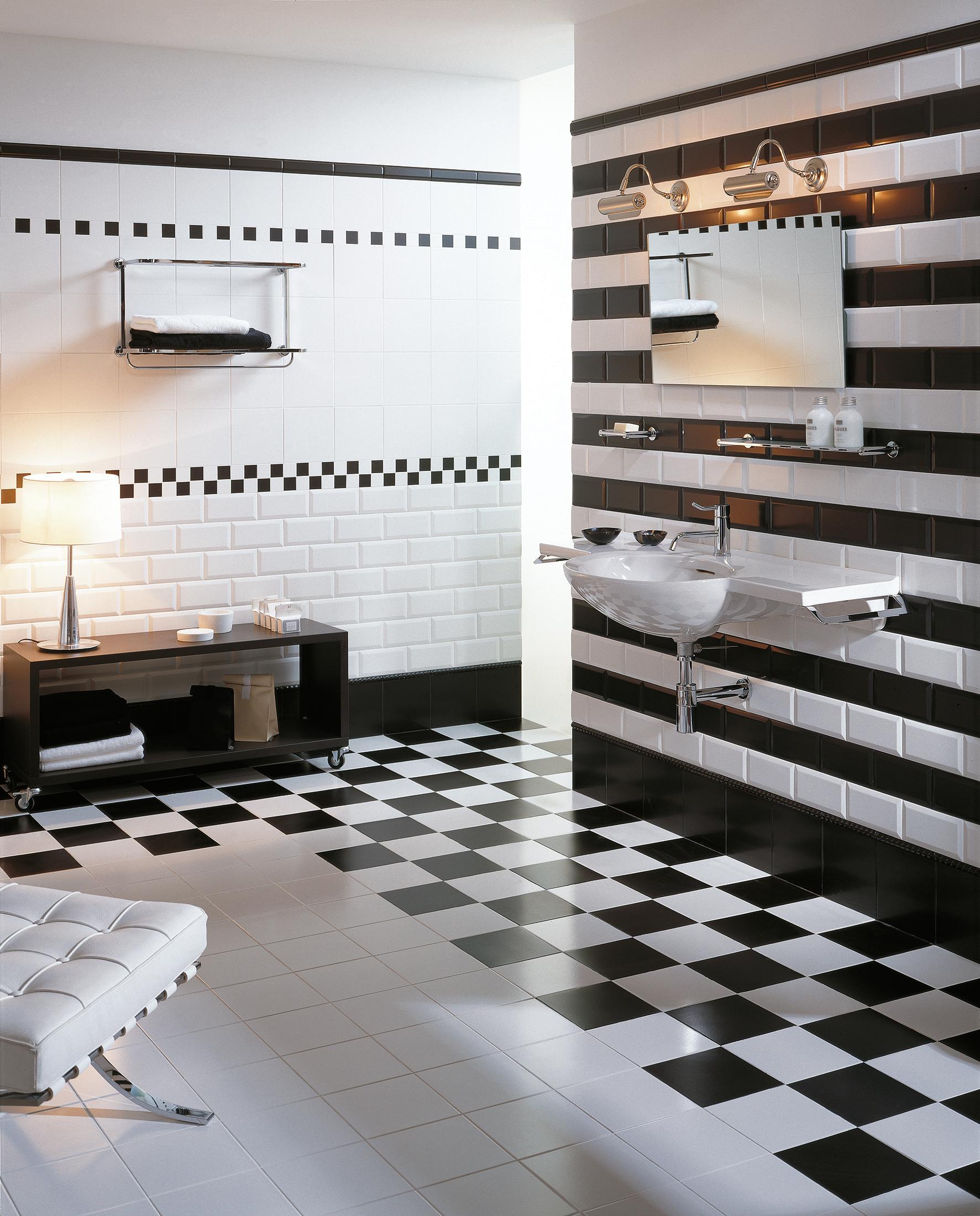 Schwarz Weiß Look Im Badezimmer #hocker #wandregal #waschbecken #sideboard  #wandspiegel