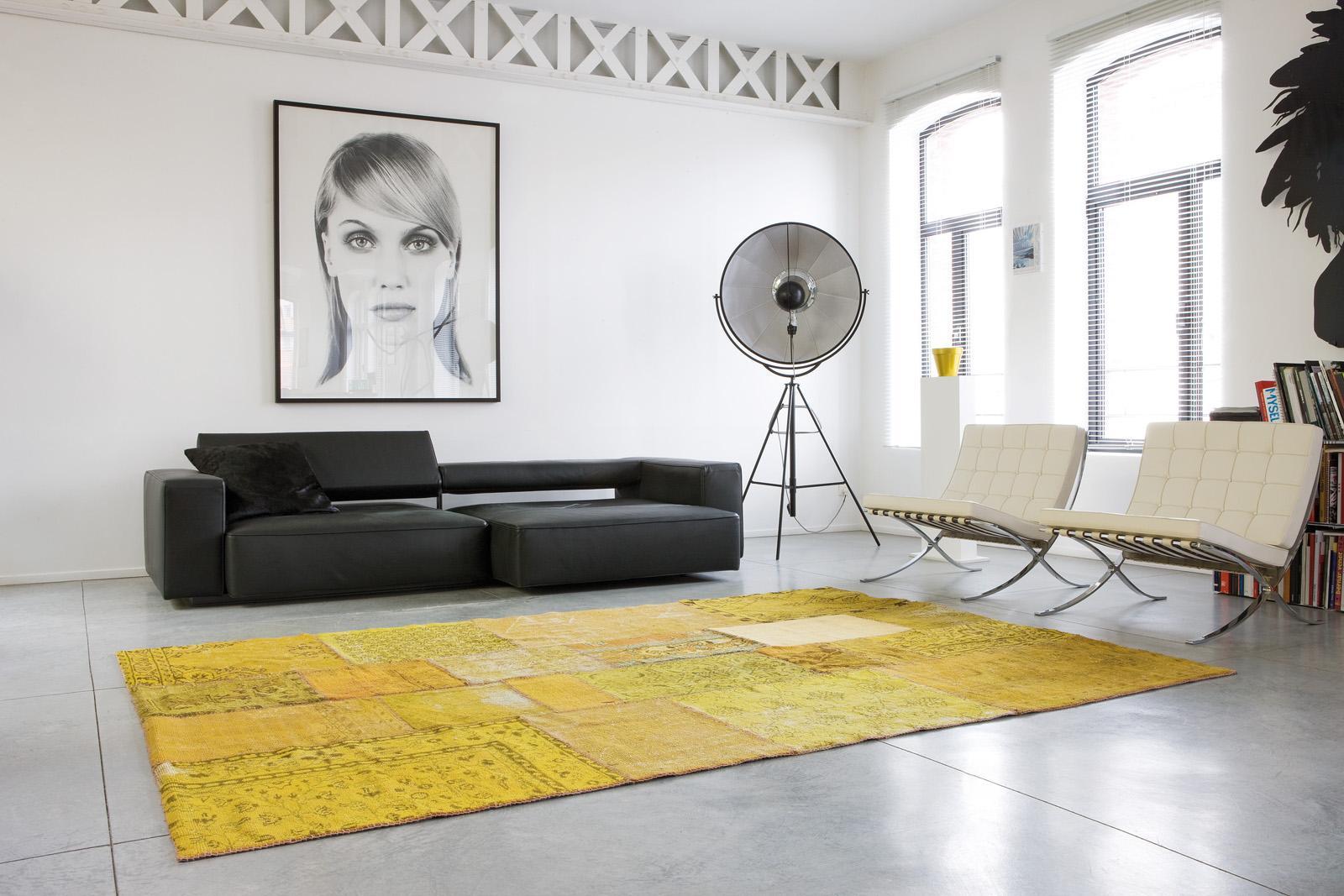Schwarz Weiß Portrait Als Blickfang #30erjahre #teppich #ledersofa  #stehlampe #minimalismus