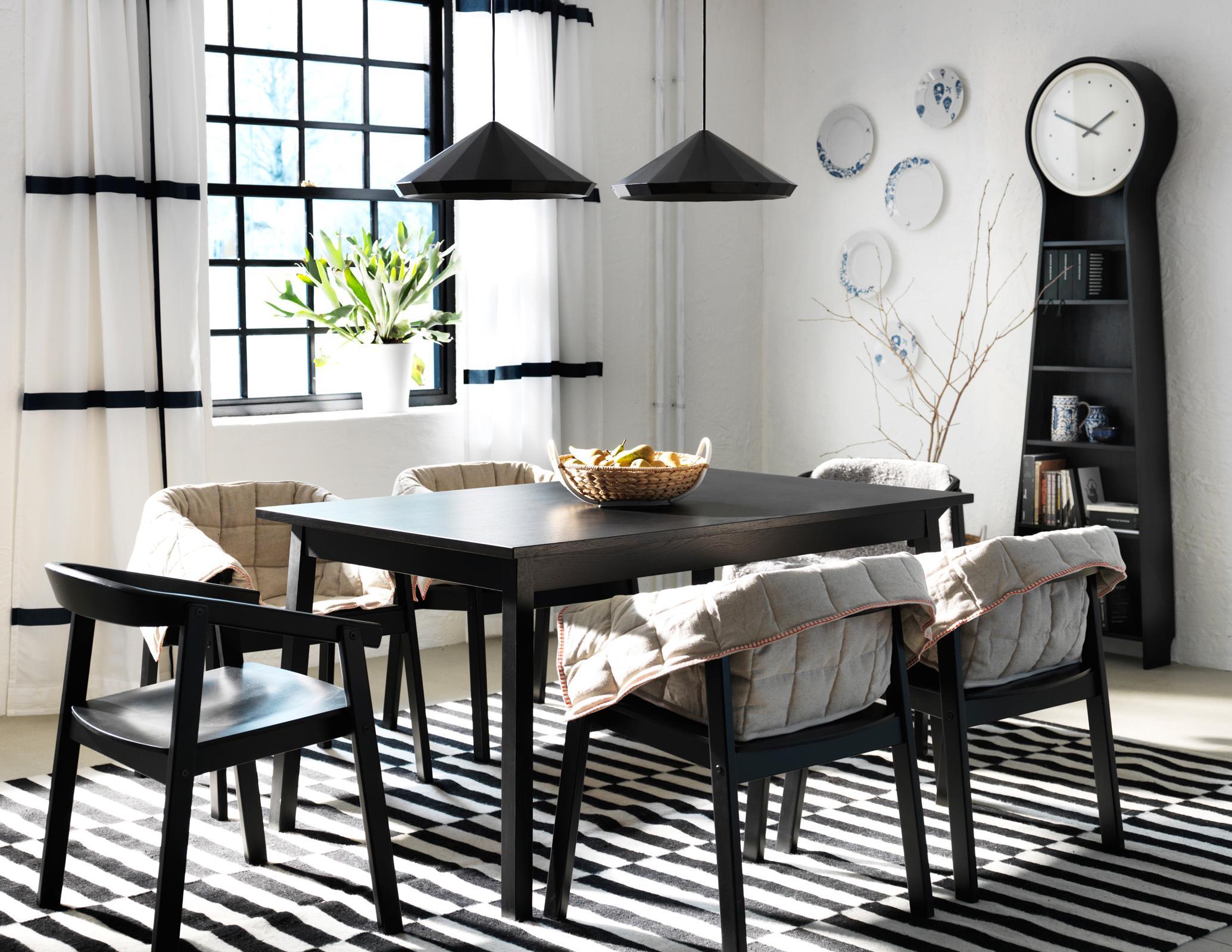 Schwarz Weiße Einrichtung Im Esszimmer #teppich #esstisch #ikea  #hängeleuchte #wandteller