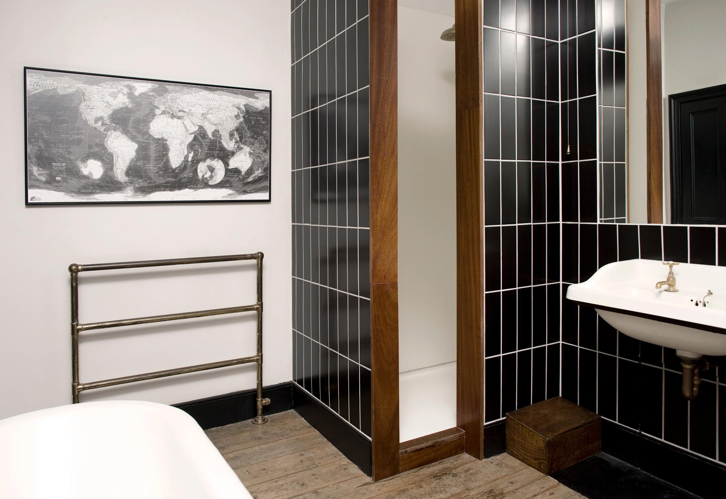 Schwarze Fliesen im Badezimmer #fliesen #dusche #was...