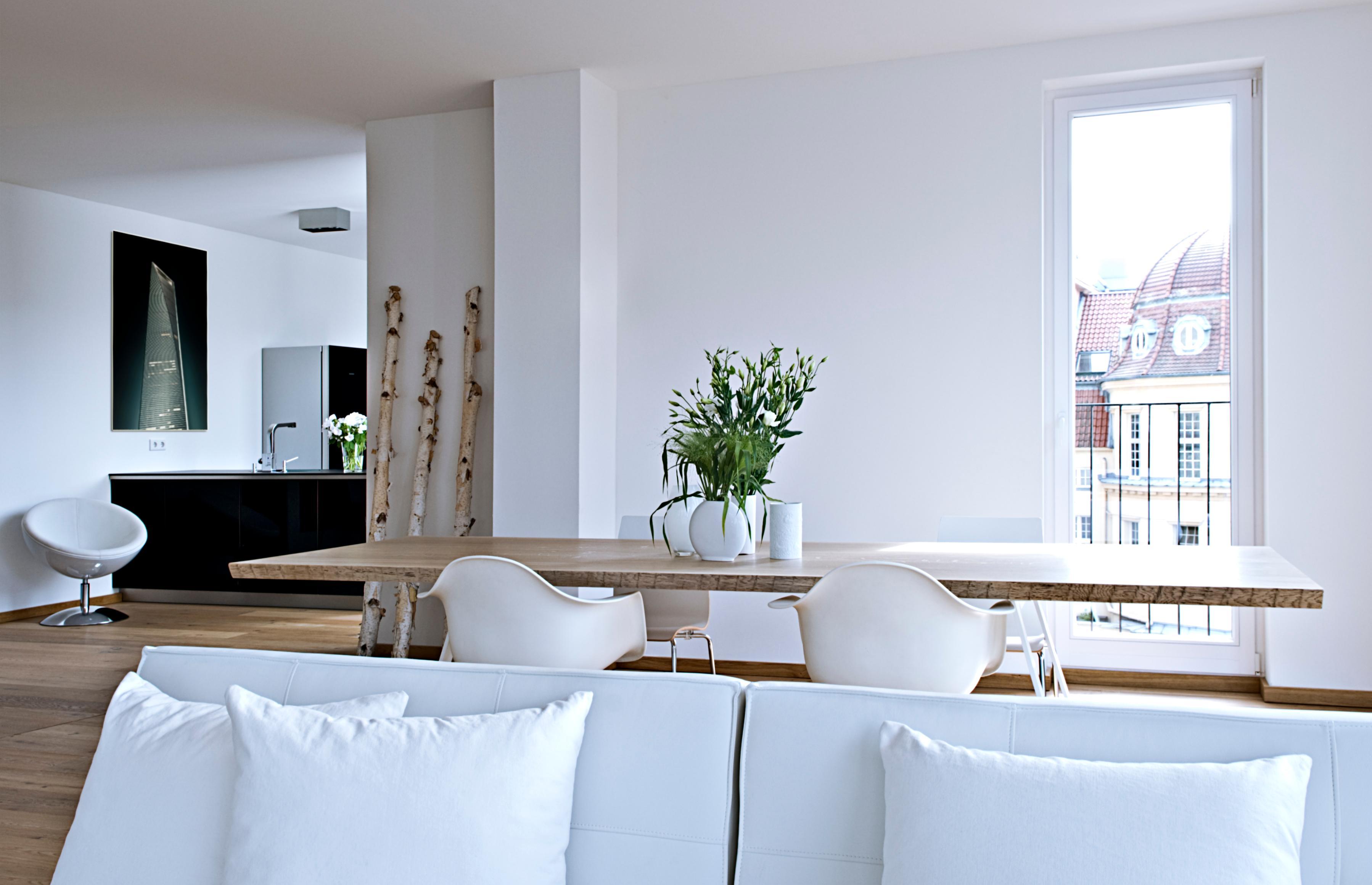 Schwarze Küche Als Kontrast Zum Weißen Interieur #esstisch ©Michael  Pfeiffer Fotografie