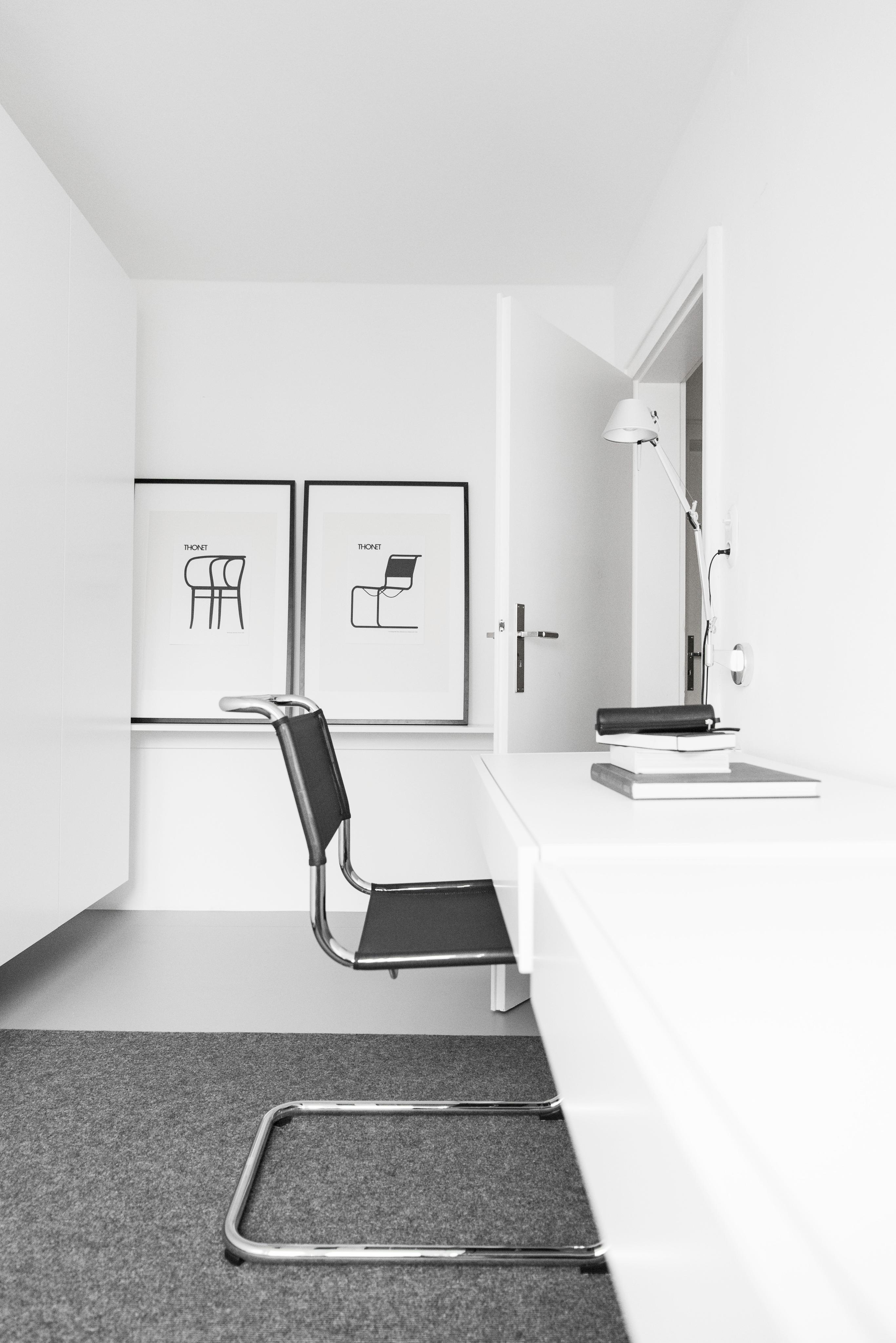 schwebende schreibtische im b ro mein arbeitsberei. Black Bedroom Furniture Sets. Home Design Ideas