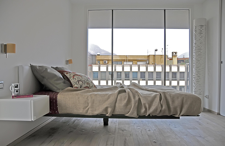 schwebendes bett fensterfront bett bettw sche ta. Black Bedroom Furniture Sets. Home Design Ideas