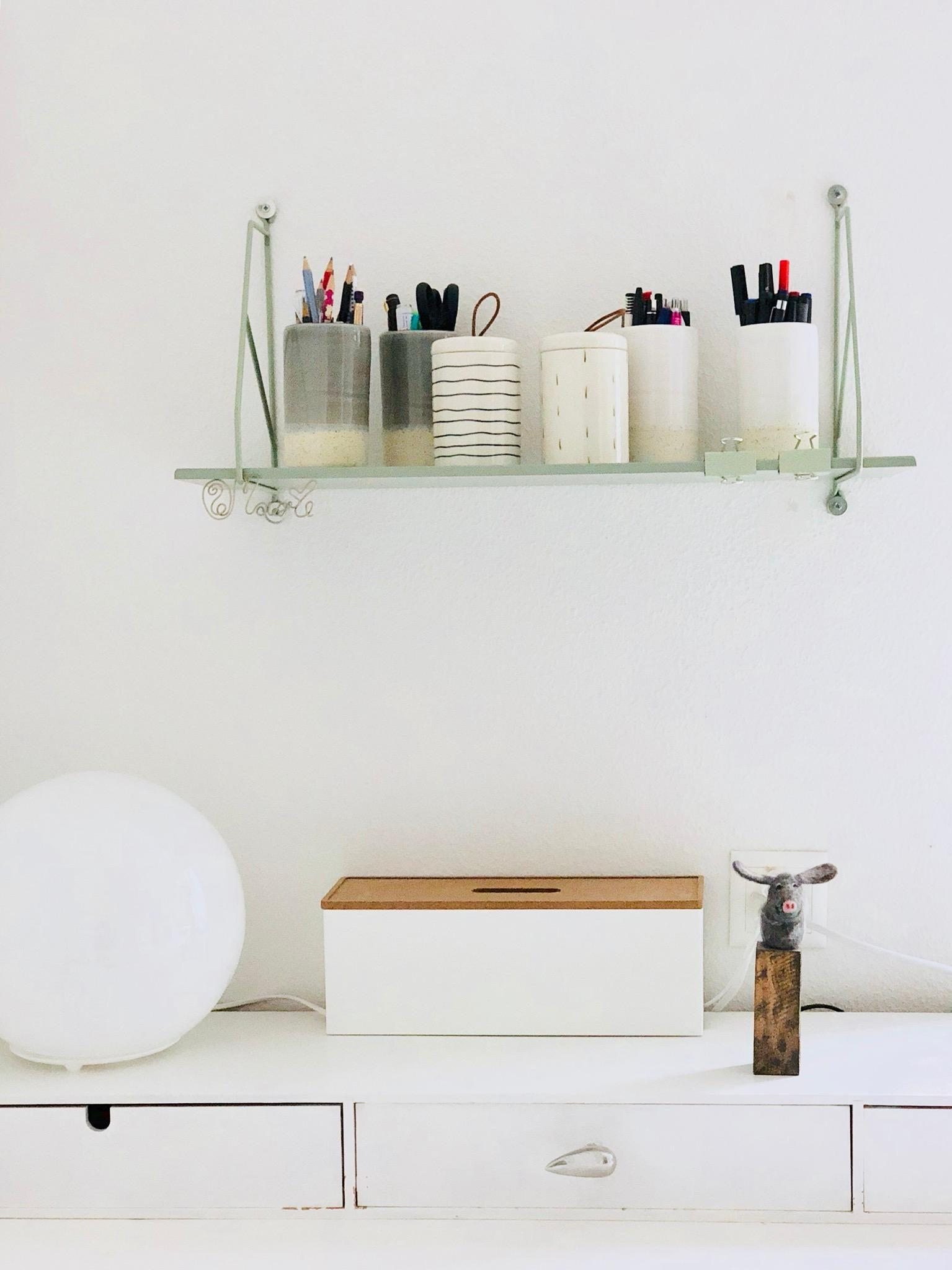 Shelfie in der Trendfarbe Salbei #shelf #homeoffice #working #salbei #interior #scandinavianstyle #whiteliving