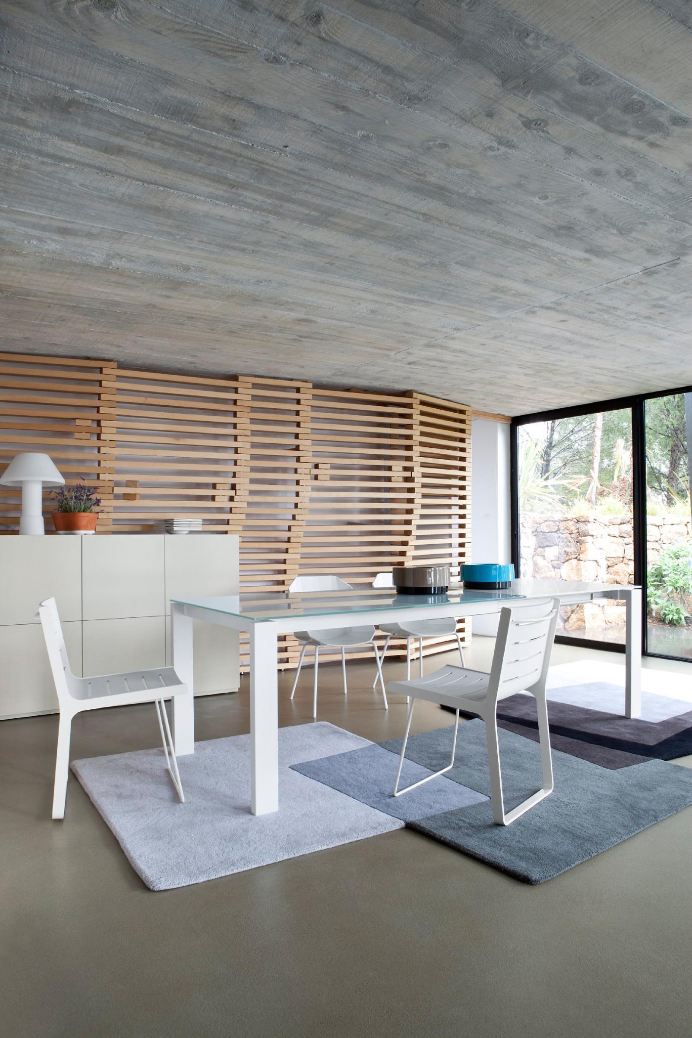 Sichtbeton Und Kreative Wandgestaltung #stuhl #glastisch #wandgestaltung  #weißerstuhl #holzwandverkleidung ©Ligne