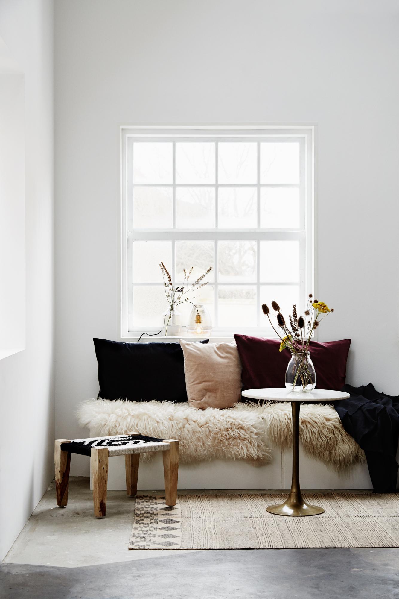 Sitzbank Wohnzimmer Fotos : Sitzbank mit schaffell hocker wohnzimmer