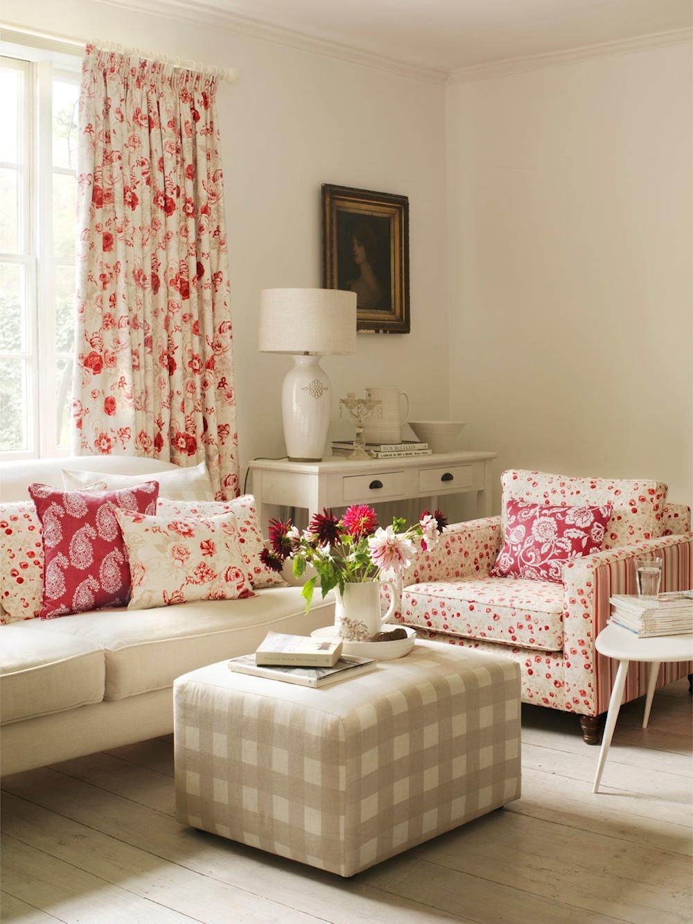 Sitzecke In Einer Frohlichen Stilvollen Kombination Aus Rot Und Naturtonen Wohnzimmer Sessel