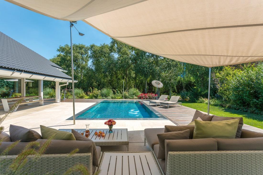 Sitzecke Mit Blick Auf Den Pool #pool #terrasse #kissen #gartenliege # Gartenmöbel