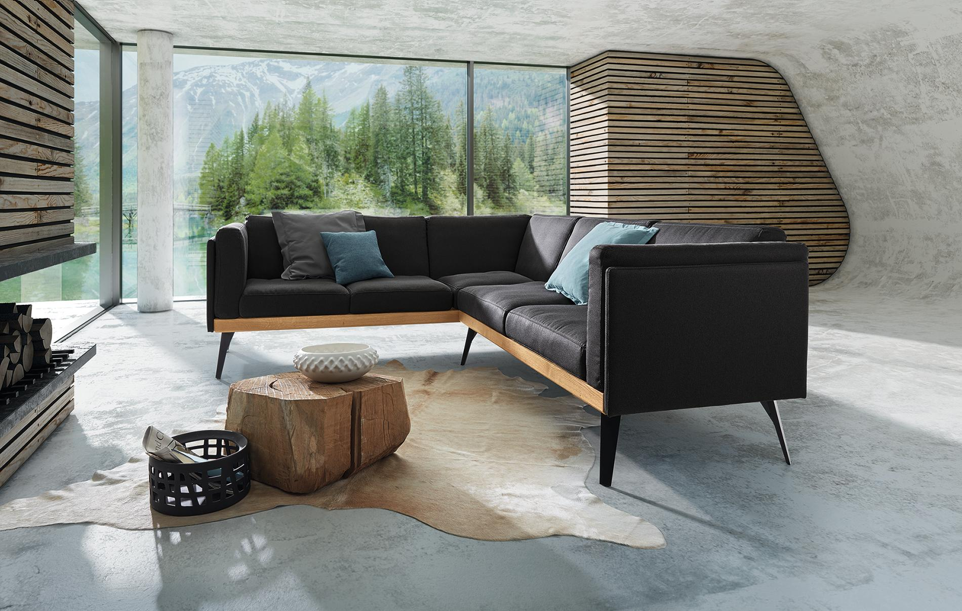 Sitzlandschaft Stockholm Mit Massivholzsockel Von ADA Couchtisch Holzsofa Wohnzimmergestaltung Hlzernewandgestaltung