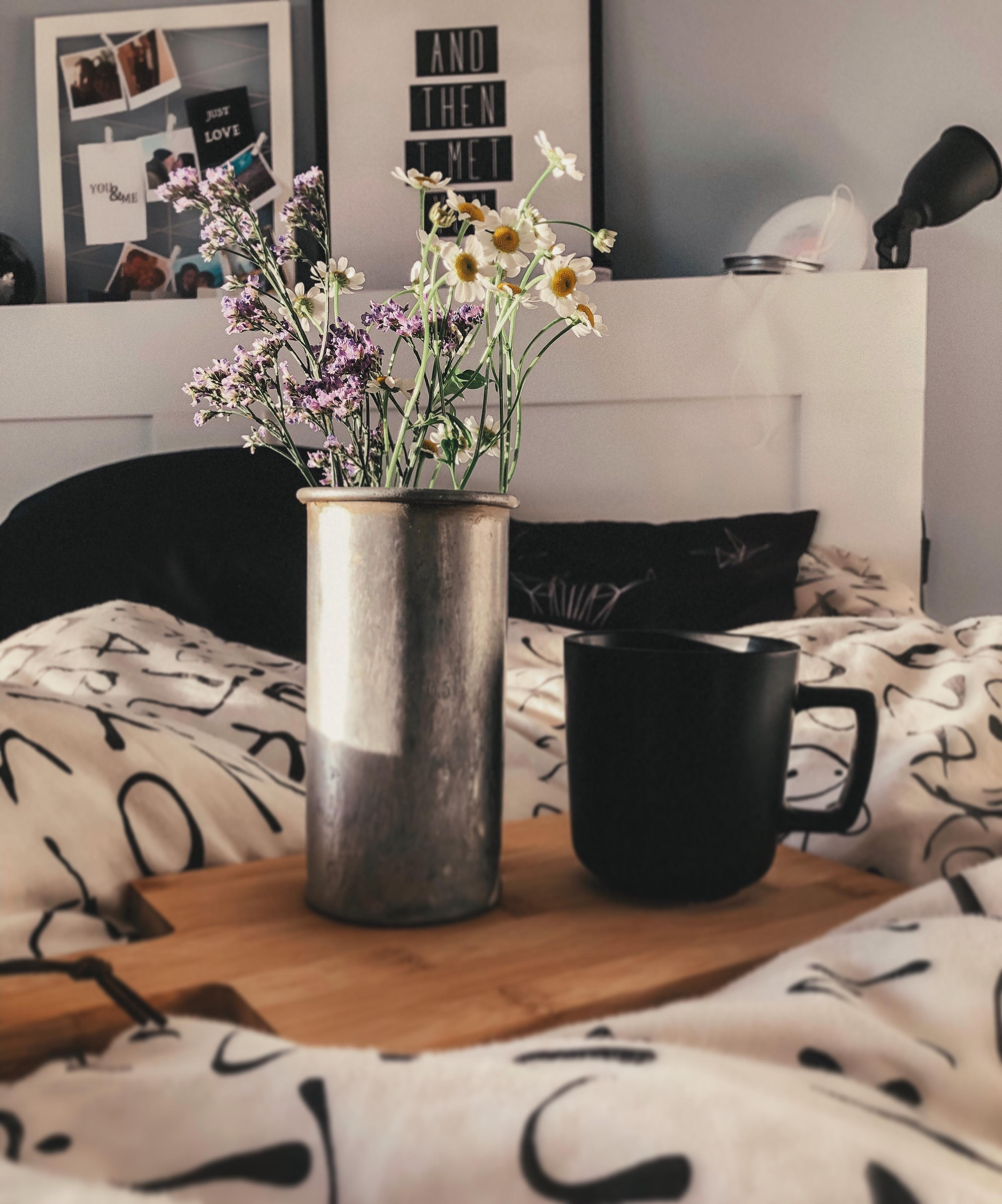 #skandi #freshflowers #friday #bedroom #sun #butfirstcoffee #coffee #flowers