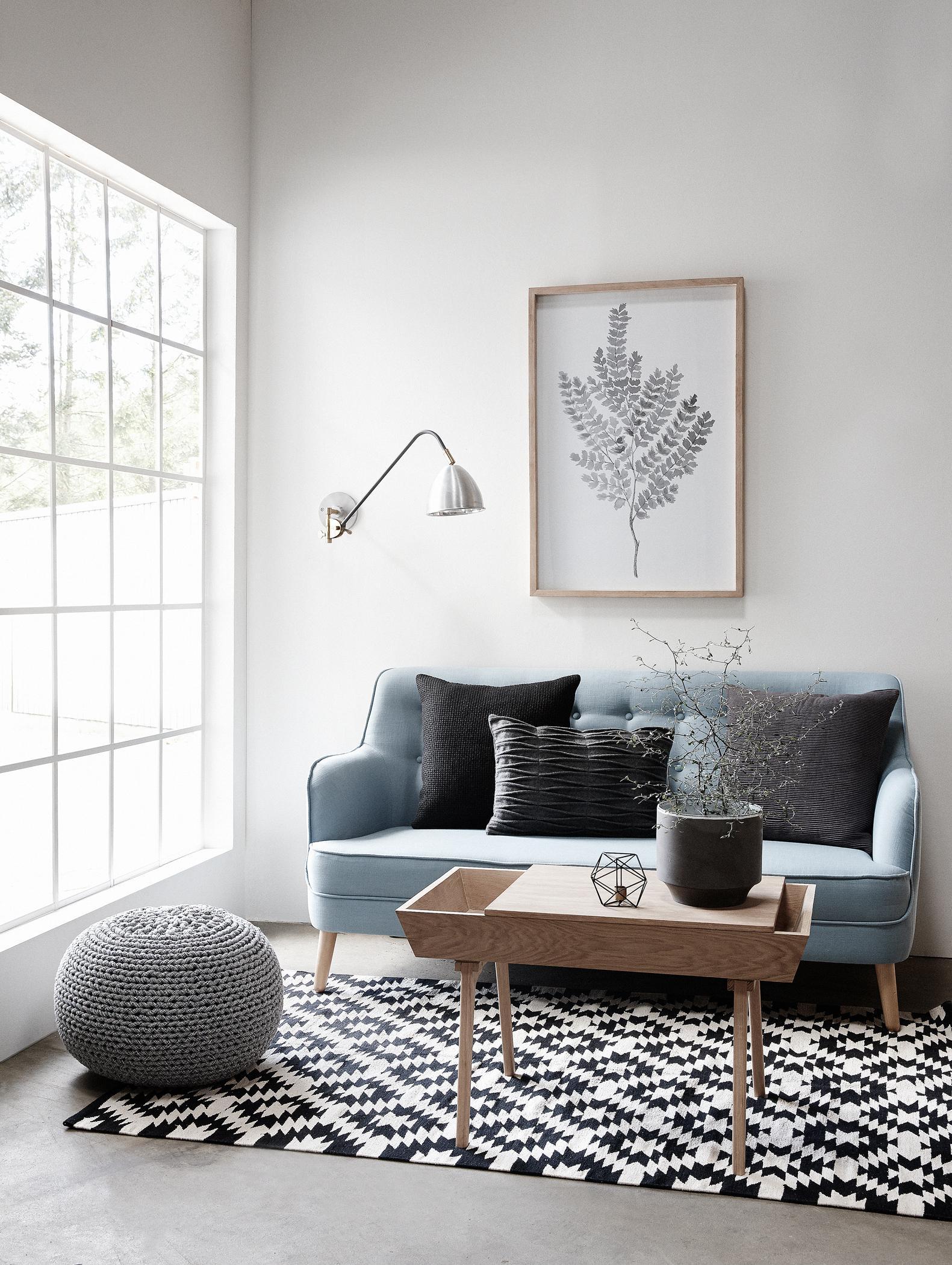 Skandinavischer Look Im Wohnzimmer Couchtisch Holzmbel Teppich Pouf Wandleuchte Sofa