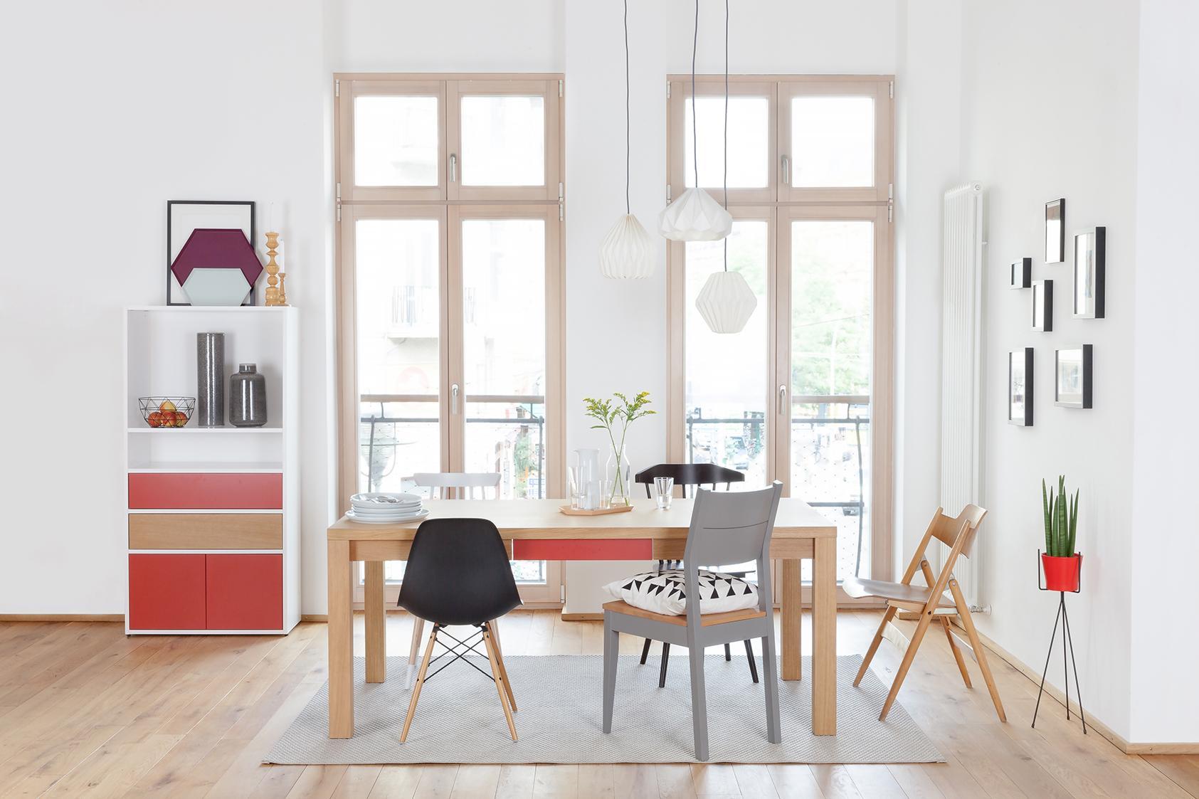 Skandinavisches esszimmer mit roten akzenten holzti for Esszimmer holztisch