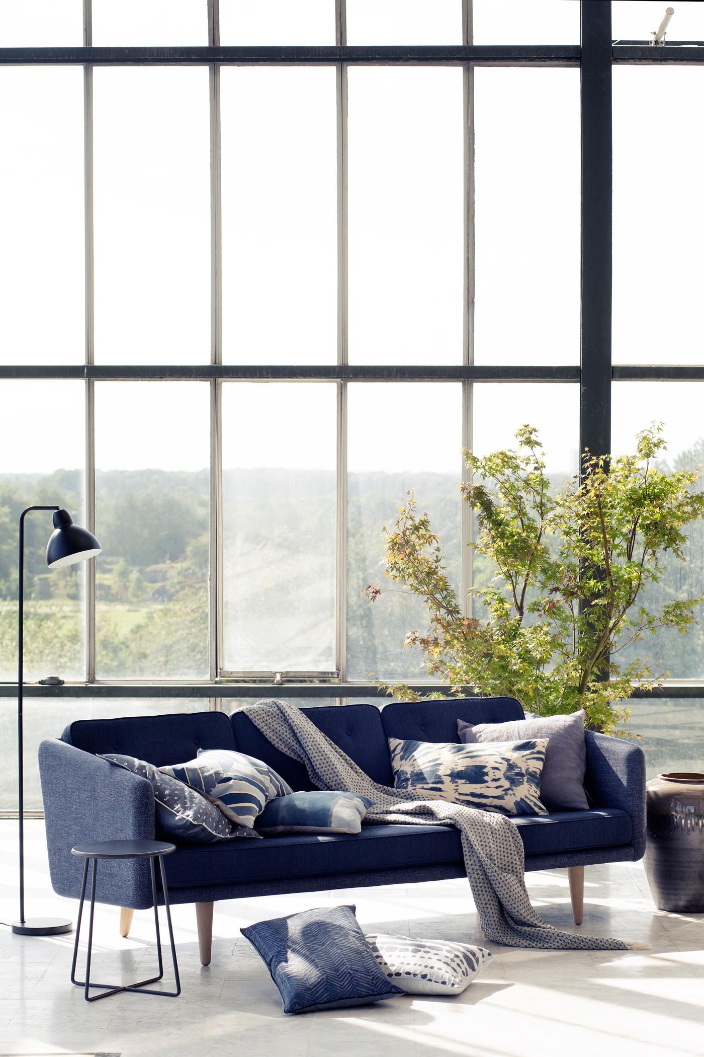 Beautiful Sofa Mit Blauen Dekokissen Stehlampe Tagesdecke Sofakissen Sofa  Blauessofa With Dekokissen Couch