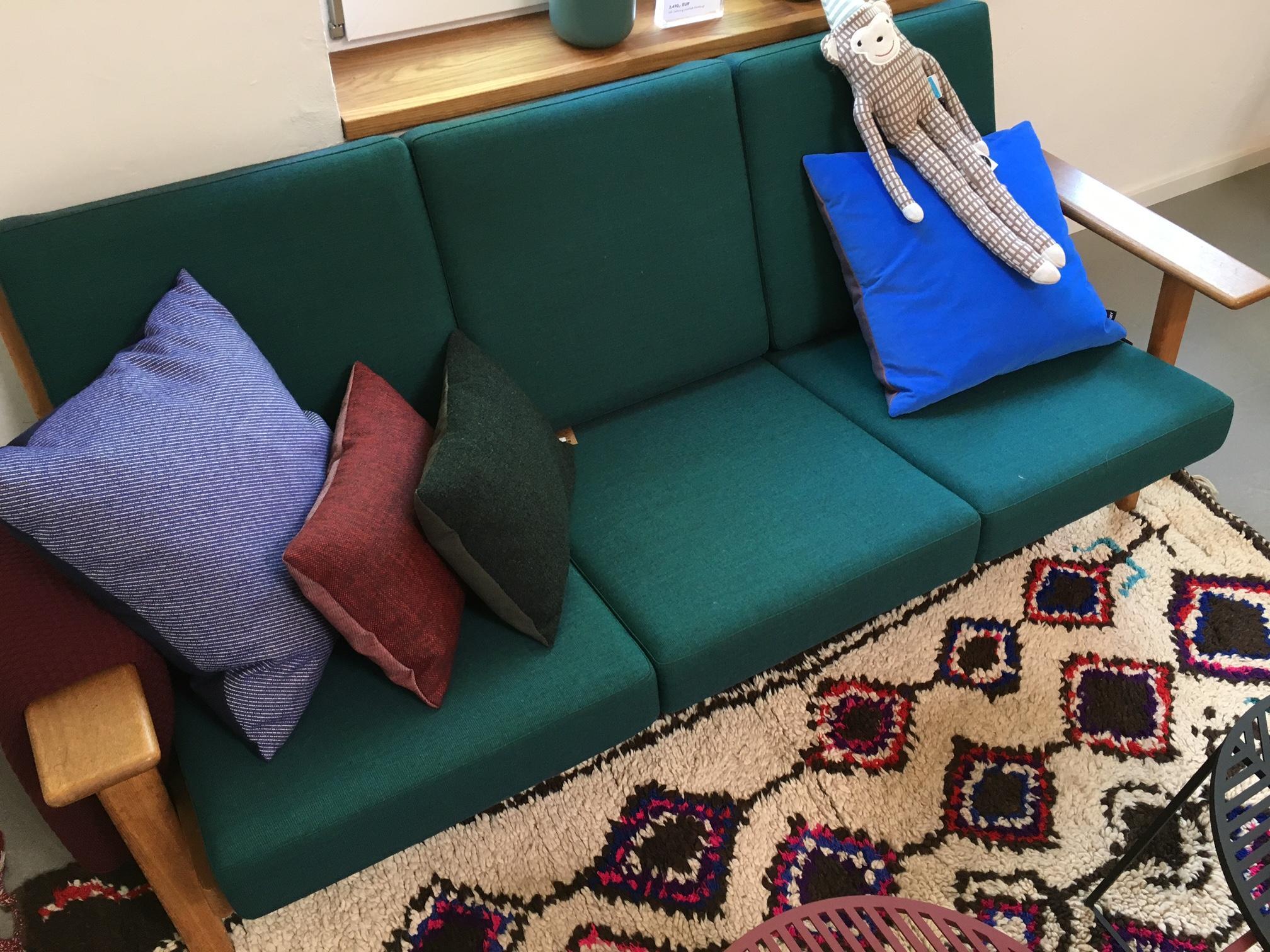 Attraktiv #Sofa Von #carlhansenandson Und #Couchtisch Von #petitefrituredesign  #couchstyle #livingroom #