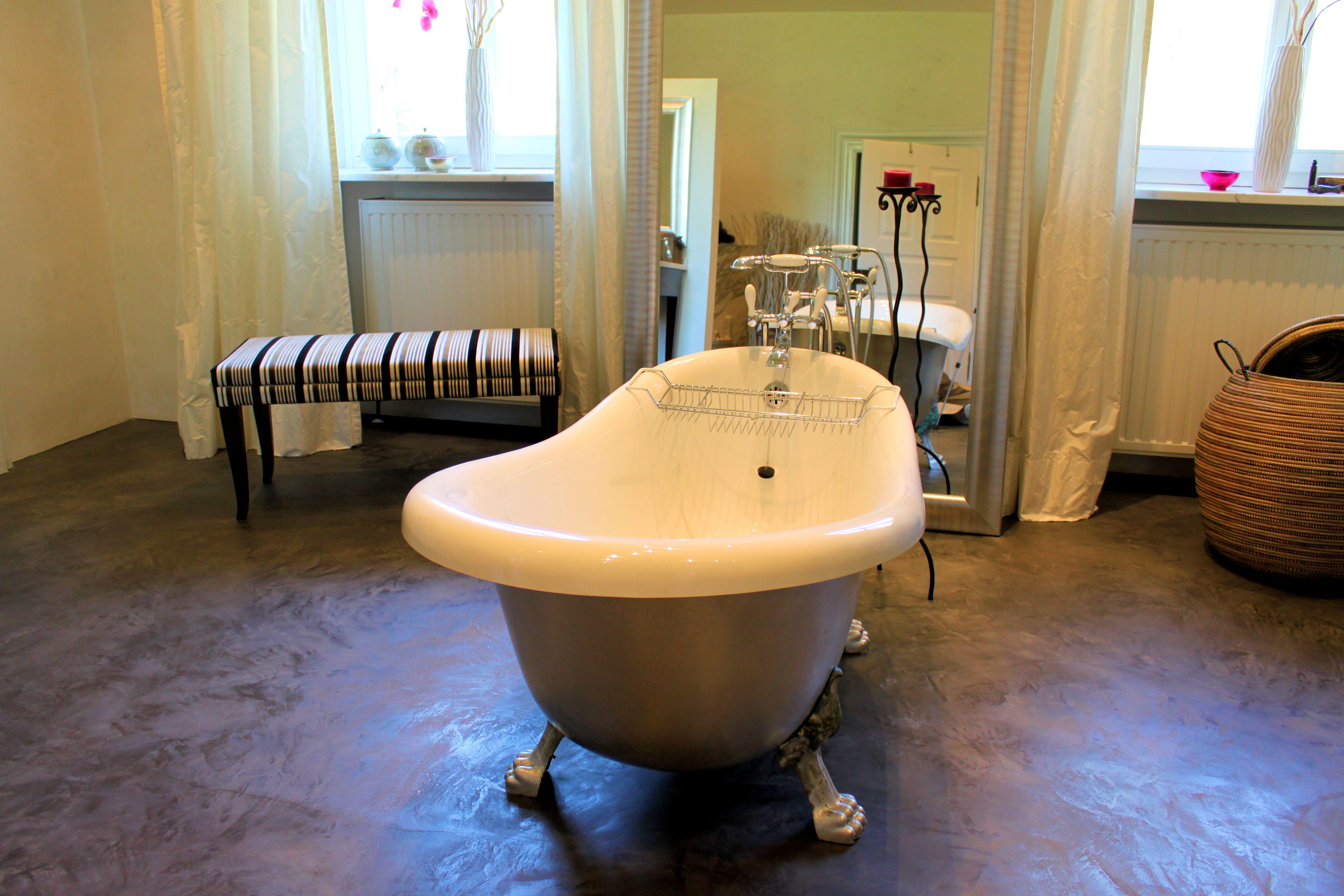 spachtel boden in einem luxus badezimmer betonboden. Black Bedroom Furniture Sets. Home Design Ideas