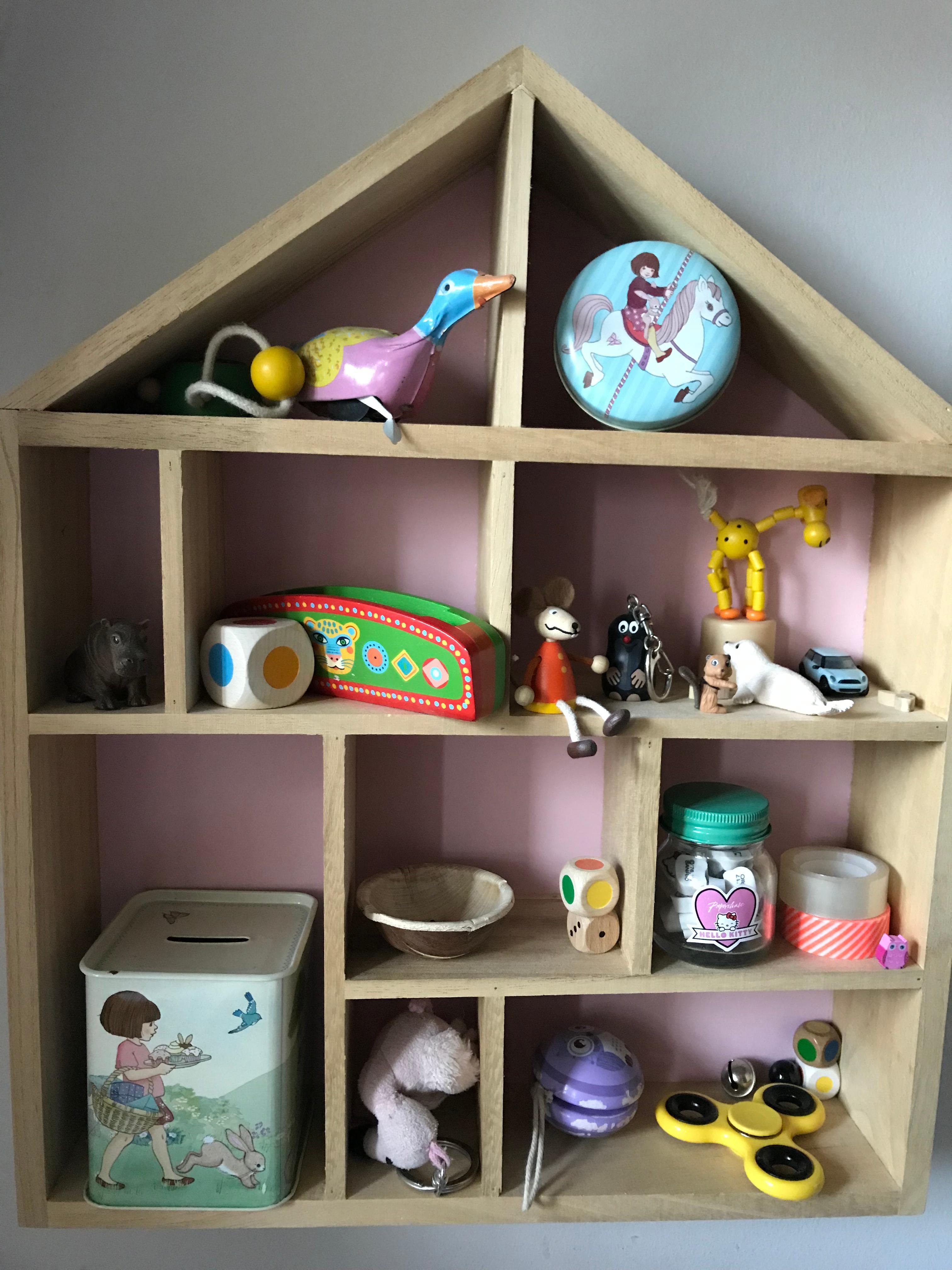 stauraum f r krimskrams im kinderzimmer m dchen. Black Bedroom Furniture Sets. Home Design Ideas