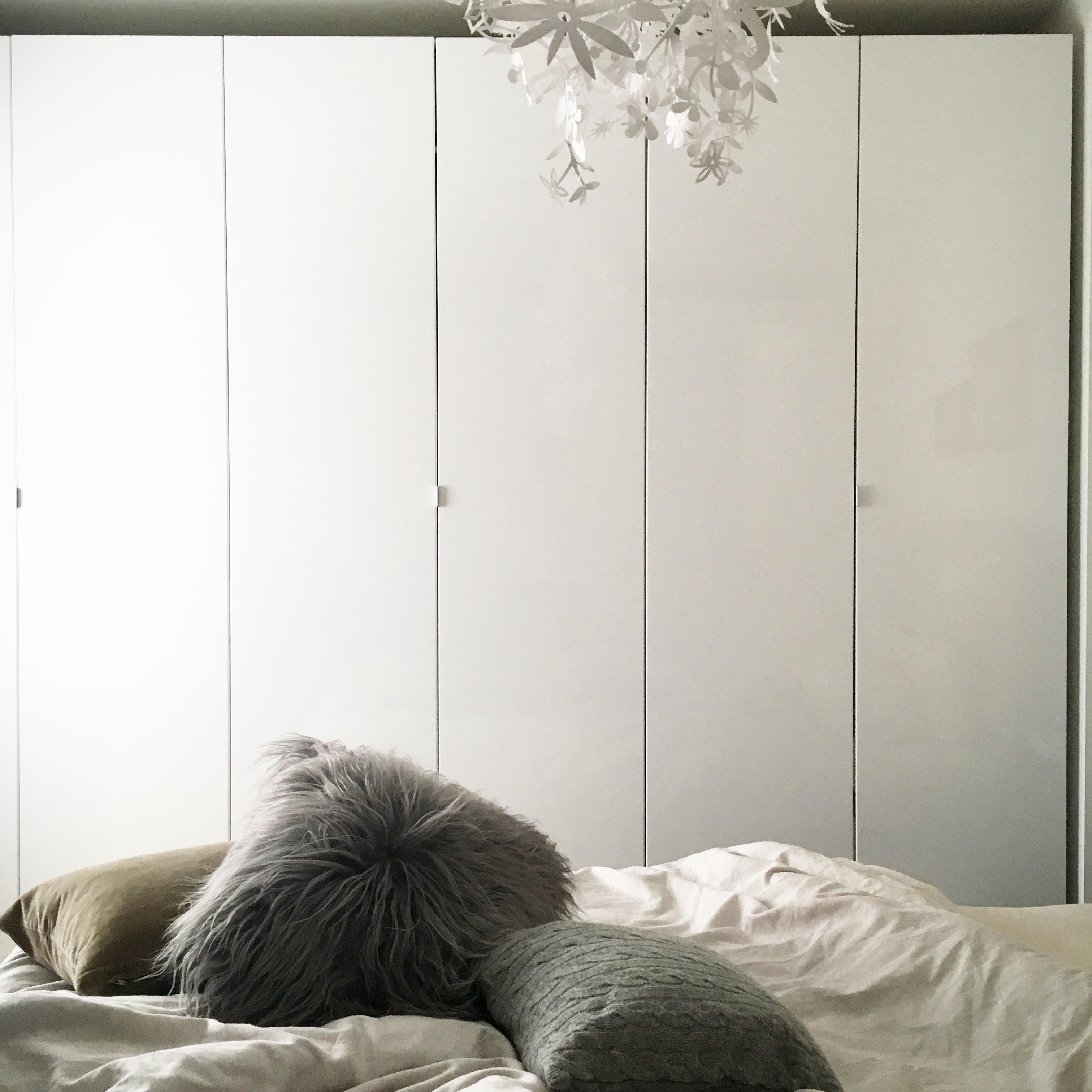Stay in bed #bett #bettwäsche #schrank #ikea #lammfell ©ALL ABOUT DESIGN by Christina Harmsen