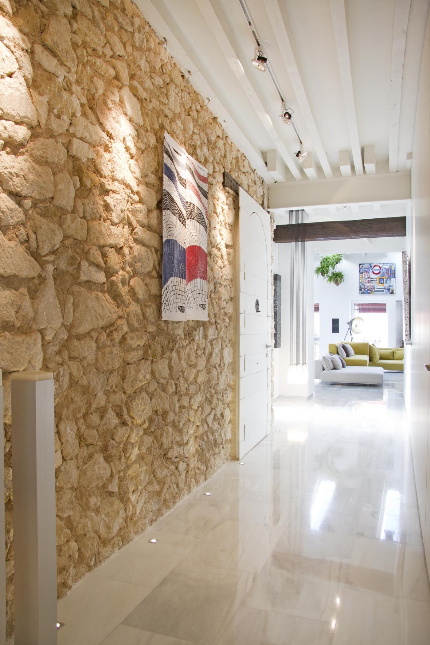 Steinwand Schmückt Den Flur #wandgestaltung #dachbalken #steinwand #sofa  #grünessofa #weißerdachbalken