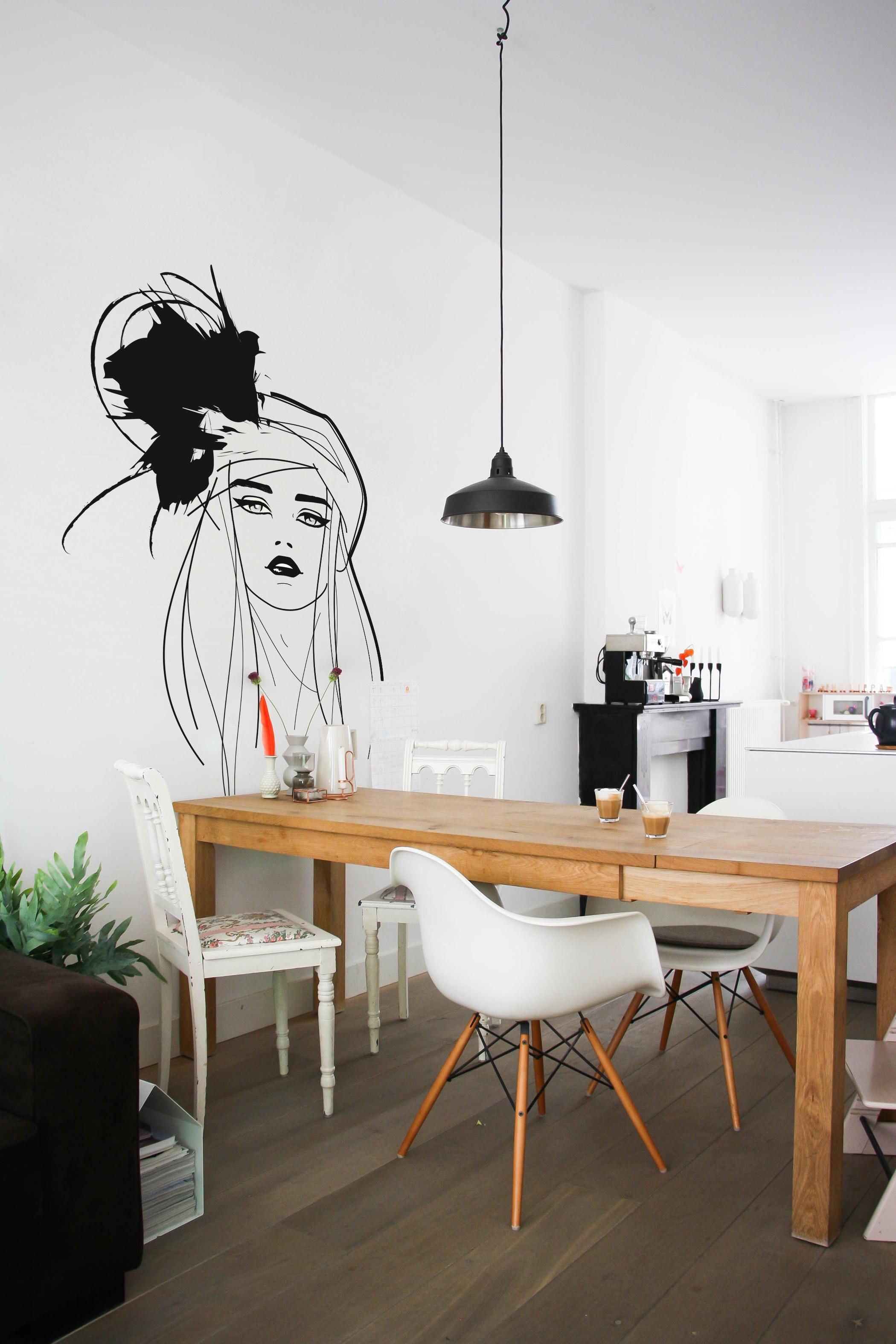 Stilmix Im Esszimmer #stilmix #wandtattoo #hängeleuchte #weißerstuhl #tisch  #schwarzehängeleuchte ©