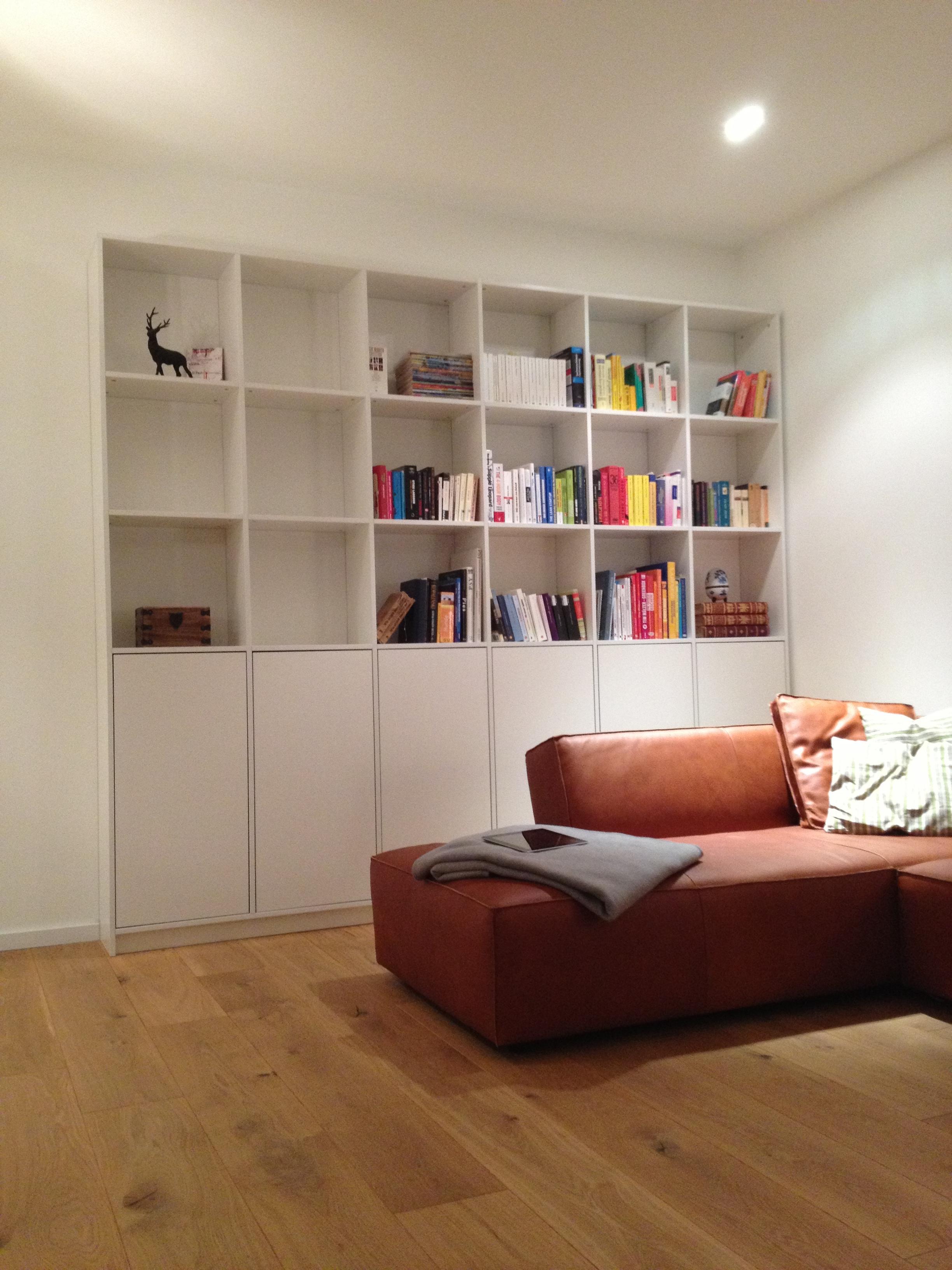 Stilvolle Wohnwand #regal #arbeitszimmer #bücherregal #wohnzimmer #wohnwand  ©Pickawood
