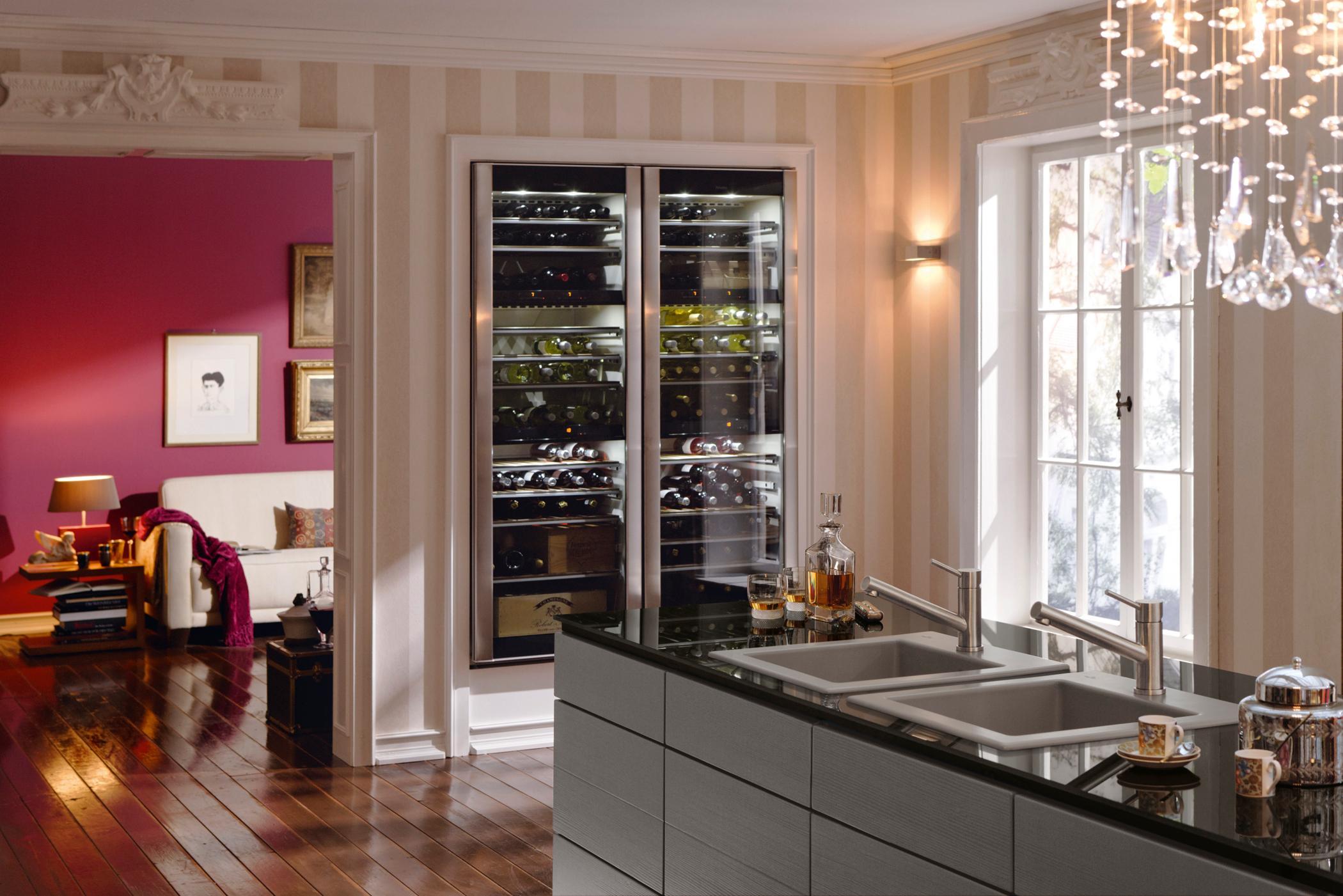 Stylischer Weinkühlschrank #küche #kronleuchter #sofa #gestreiftetapete  #weinregal #küchentheke ©Villeroy