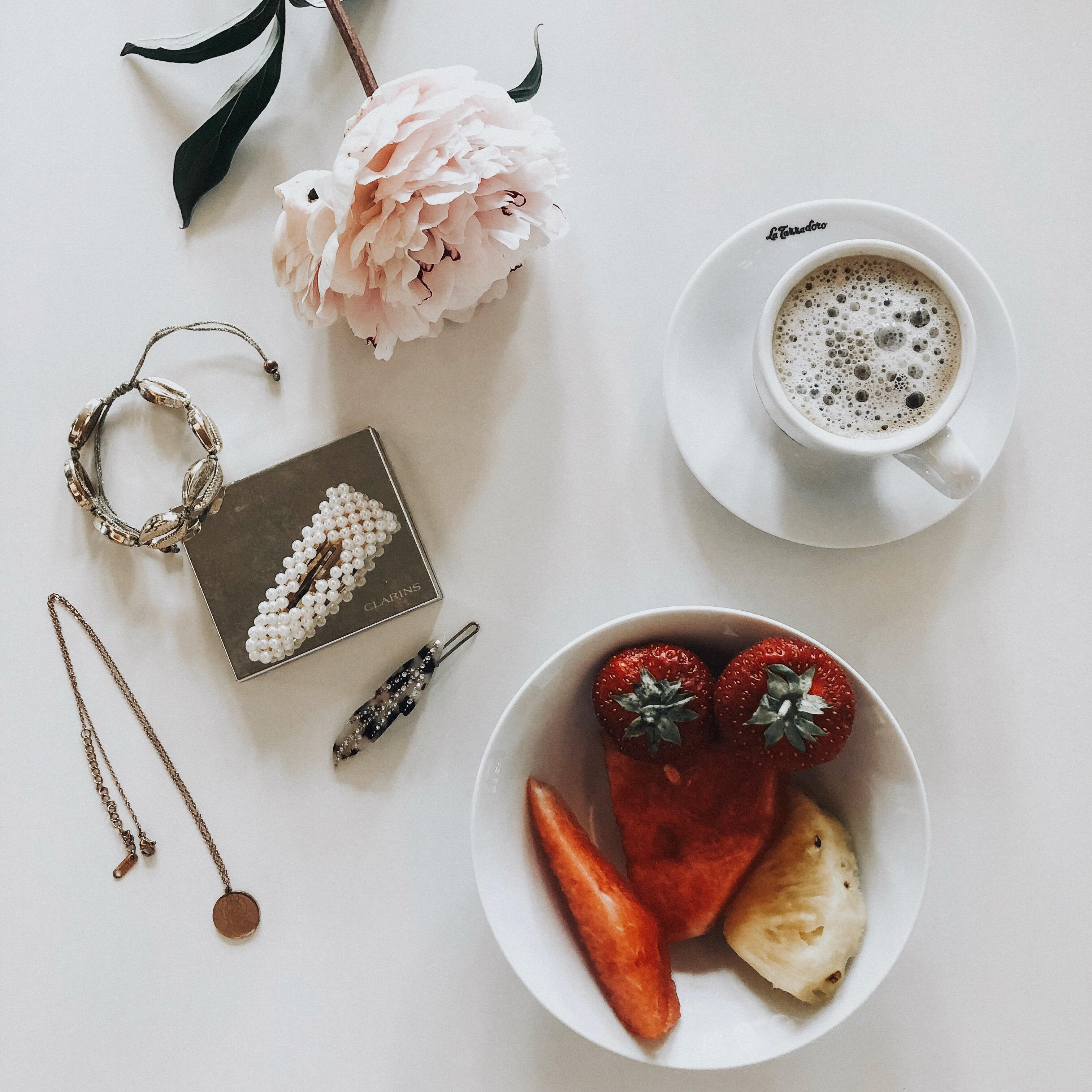 summeressentials #details #coffeelover #onmytable #flatlay #hairclips #jewellery #vonoben #summer #fashioncrush
