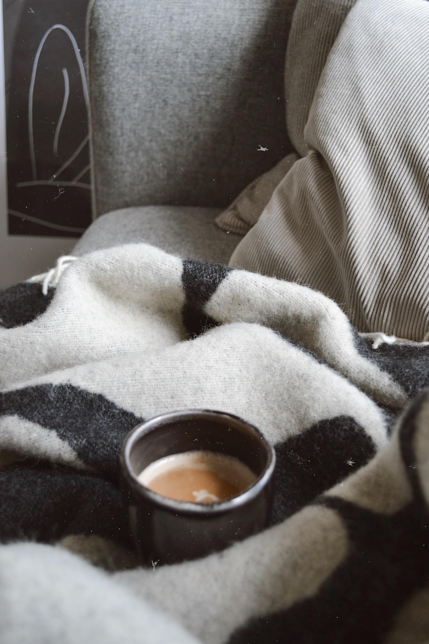 sundays & coffee #qualitytime #sundaysathome #weekend #coffeelovers #cozyinterior #couchstyle