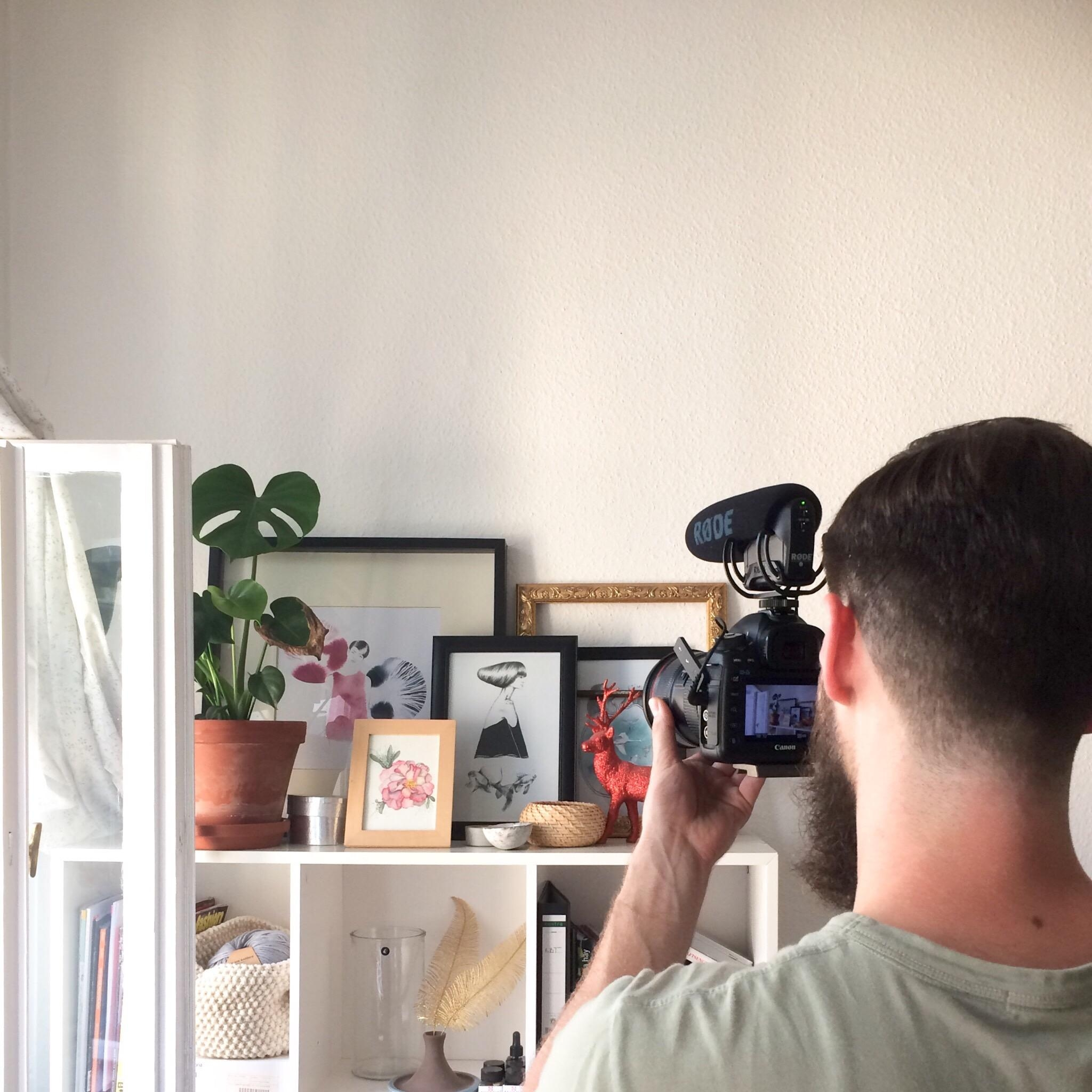 Taking a picture of some taking pictures. #homestory #kunst | mehr hier:https://www.instagram.com/youdesignme.de/
