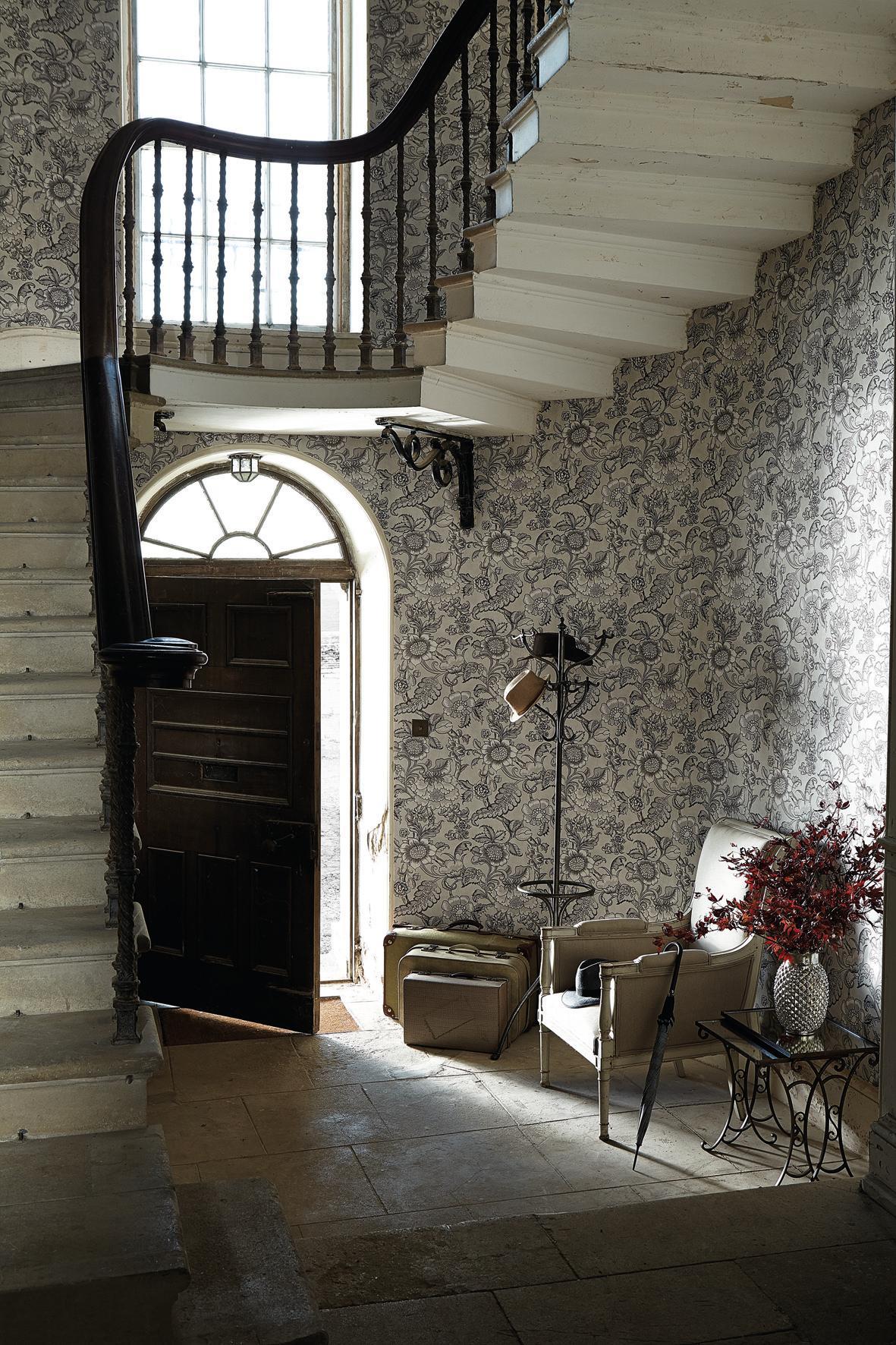 Tapete Mit Blumenmuster Im Treppenhaus #wandgestaltung #designwand ©Little  Greene