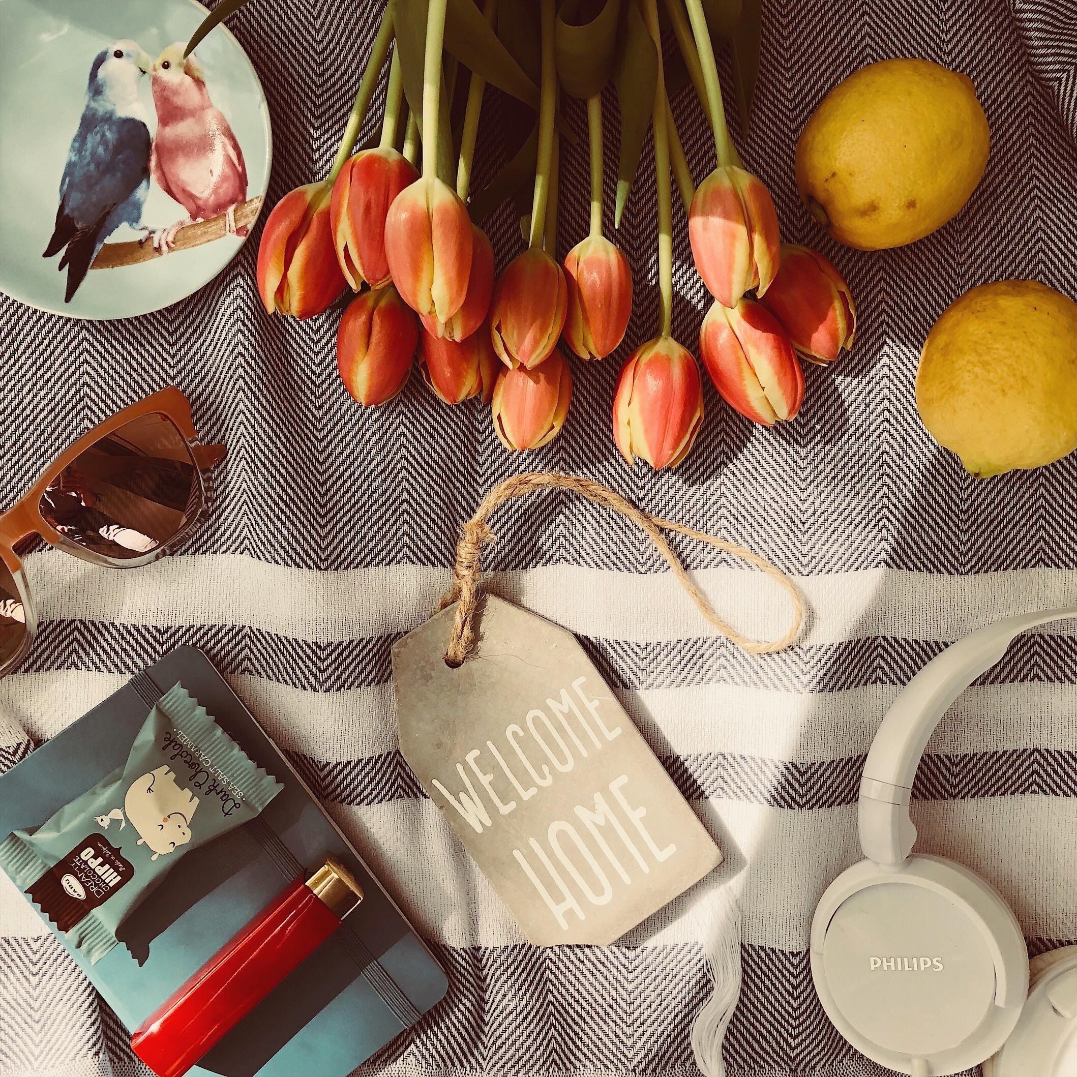 things that make you feel hmmm.. #music #thesimplethings #flatlaystyle #slowliving #tulips #decor #homedecor #strandtuch