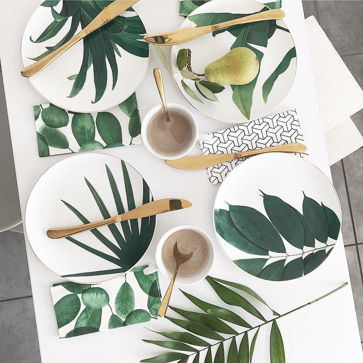 Tischdeko im Botanical Urban Jungle Look mit Gold #urbanjungle #tischdeko #greenery #geschirr #inspiration #keramik