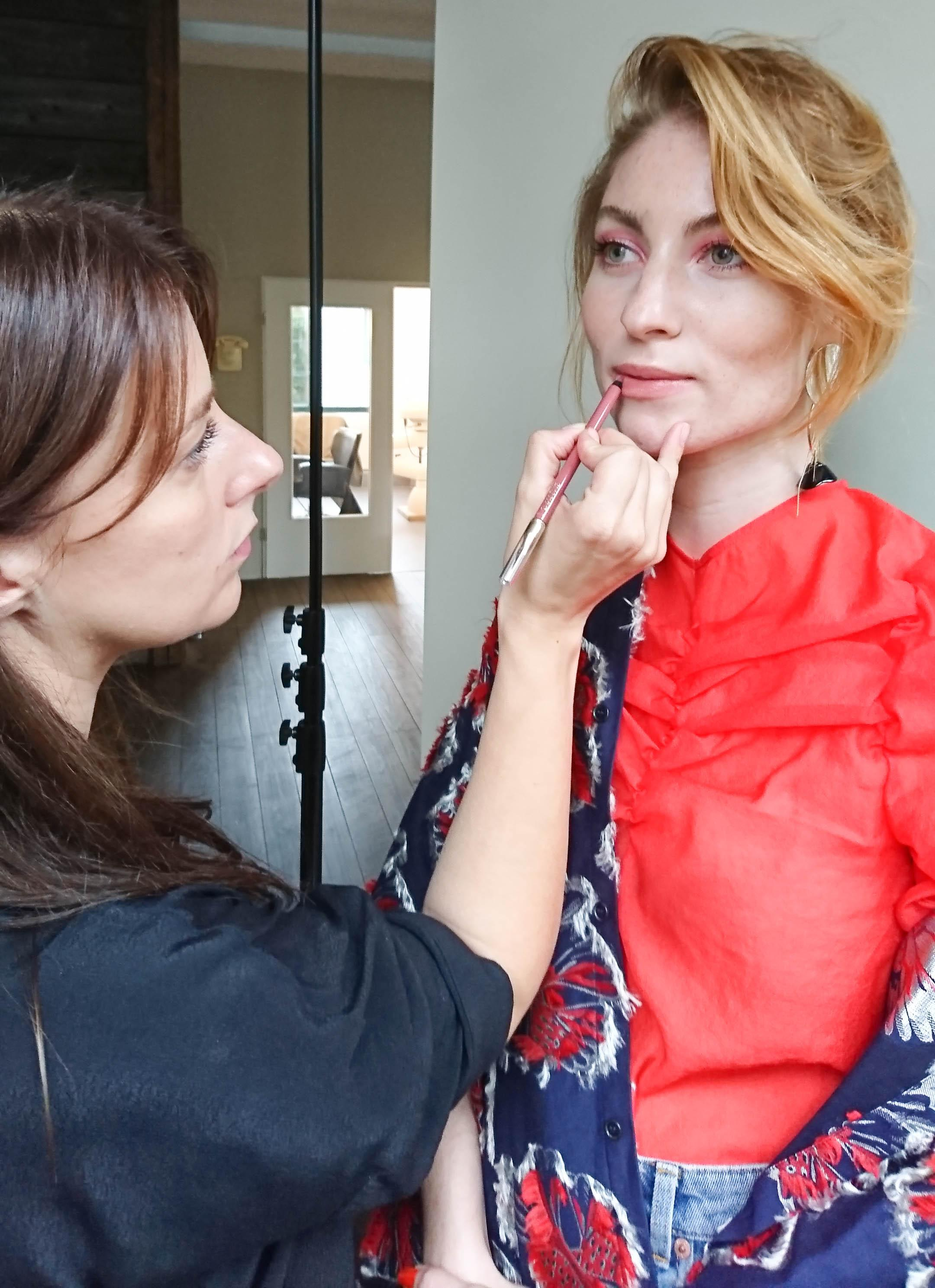 Touch-Up während des Shootings #lisabanholzerbeauty #bloggerbazaar #couchliebt #behindthescenes #nude #makeup