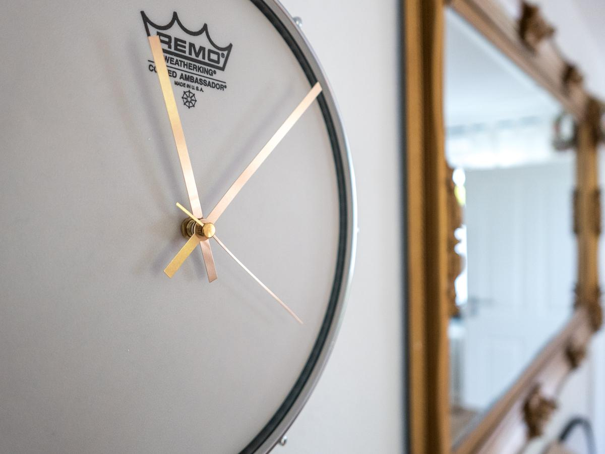 Trommeluhr mit güldenen Zeigern #wanduhr #upcycling ©Furniture Rocks