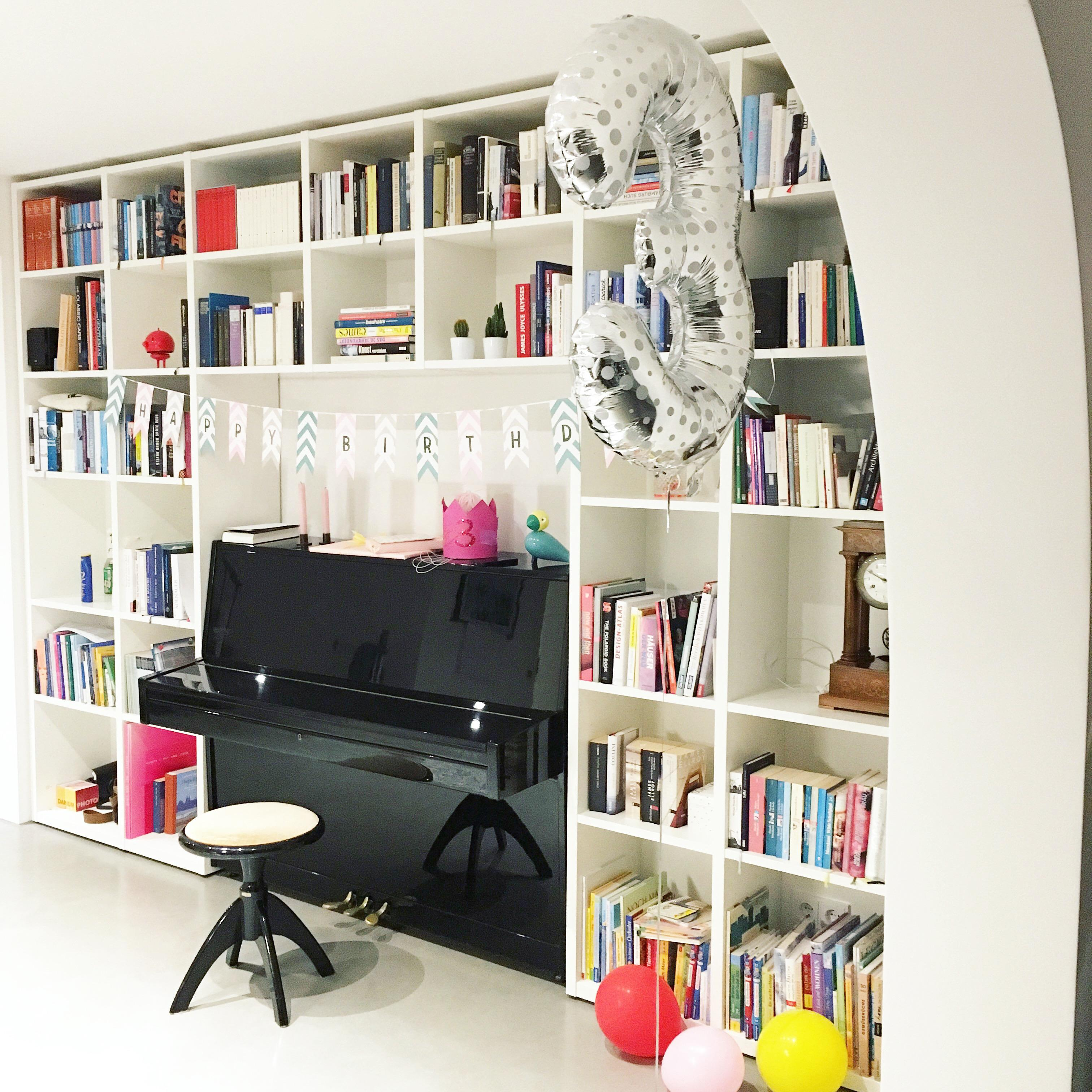 #bücherregal #wohnzimmer #deko #regal. Unser Bücherregal. Also Eines Von  Vielen. Und Ein Wenig Geburtstagsdeko. #bücherregal #