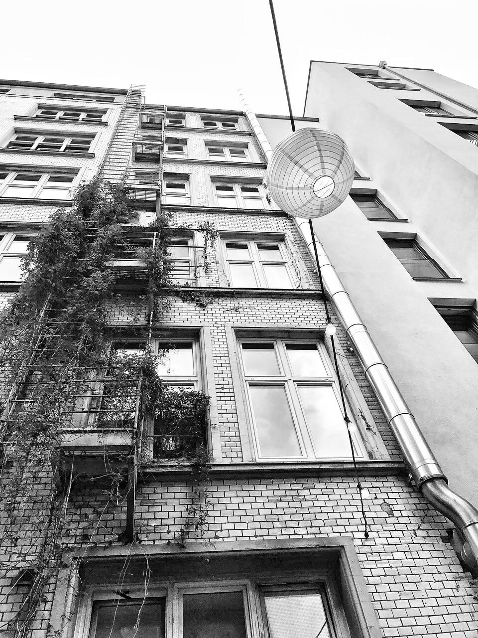 Unterwegs in den strassen von hamburg monochrom backstein haus lampion urbanjungle fassade  1f1f338f c64b 4be2 8a3c 8193f3ecec40
