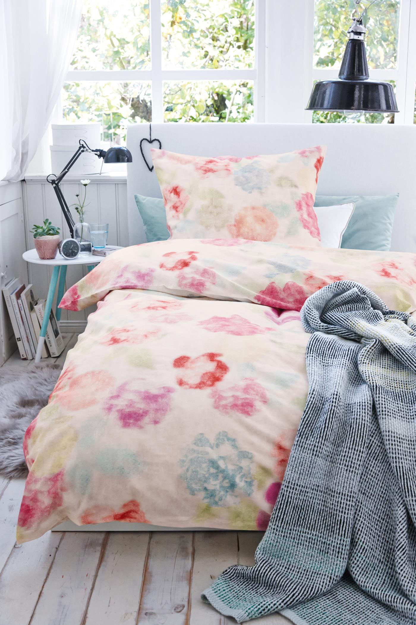 vertr umte bettw sche mit blumenmuster nachttischle. Black Bedroom Furniture Sets. Home Design Ideas