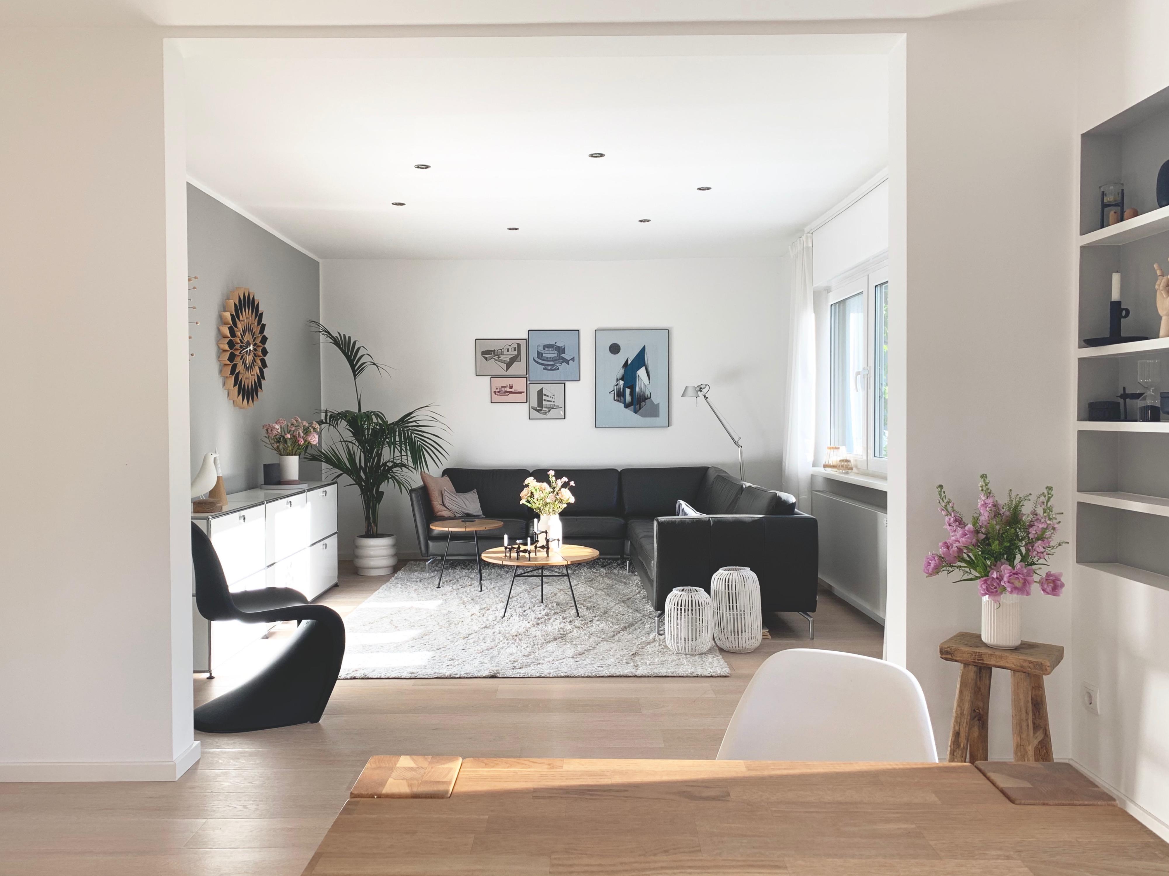wanddurchbruch wohnzimmer designklassiker stilmix ledersofa pflanzen wandschmuck einbauregal