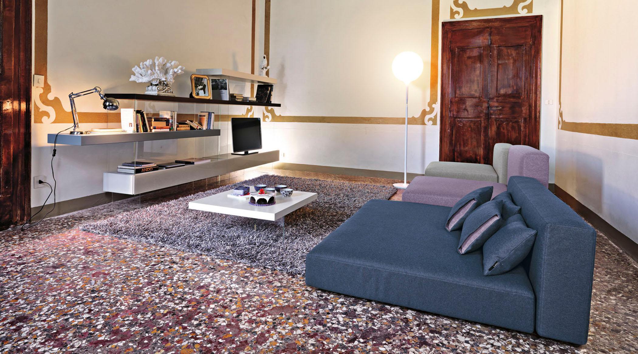 Wandgestaltung Im Wohnzimmer Couchtisch Regal Teppich Sofa Grauessofa