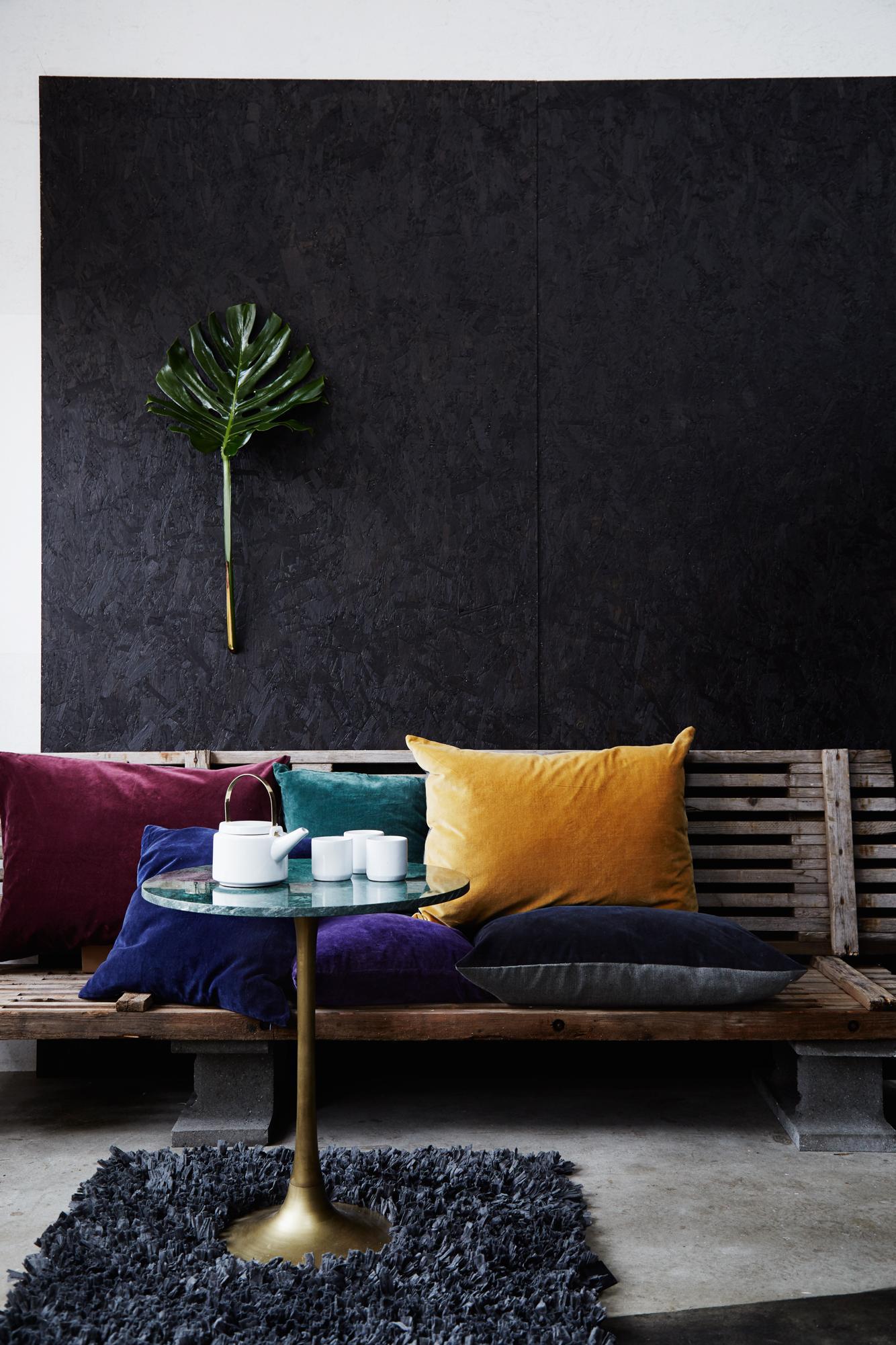 Wandgestaltung In Schwarz Beistelltisch Teppich Wohnzimmer Sofakissen Sofa