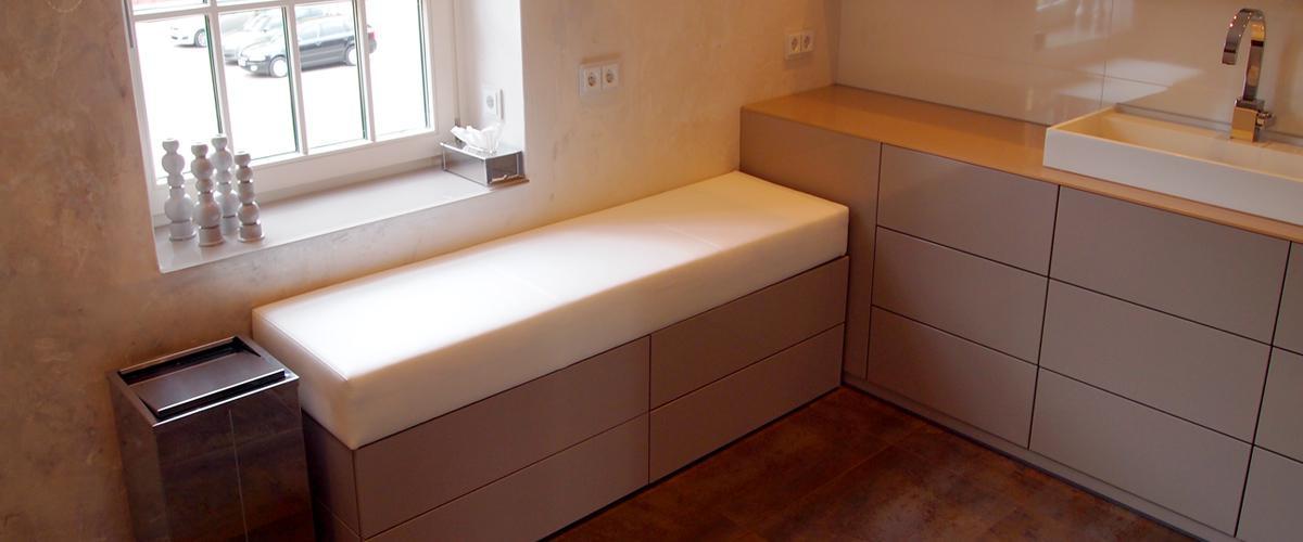 Waschtisch mit angrenzender Sitzbank #badezimmer #wa...