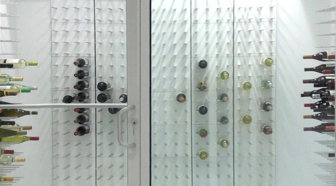 Weinraum In Weiß #Küche #Wandaufhängung #Weinregal #