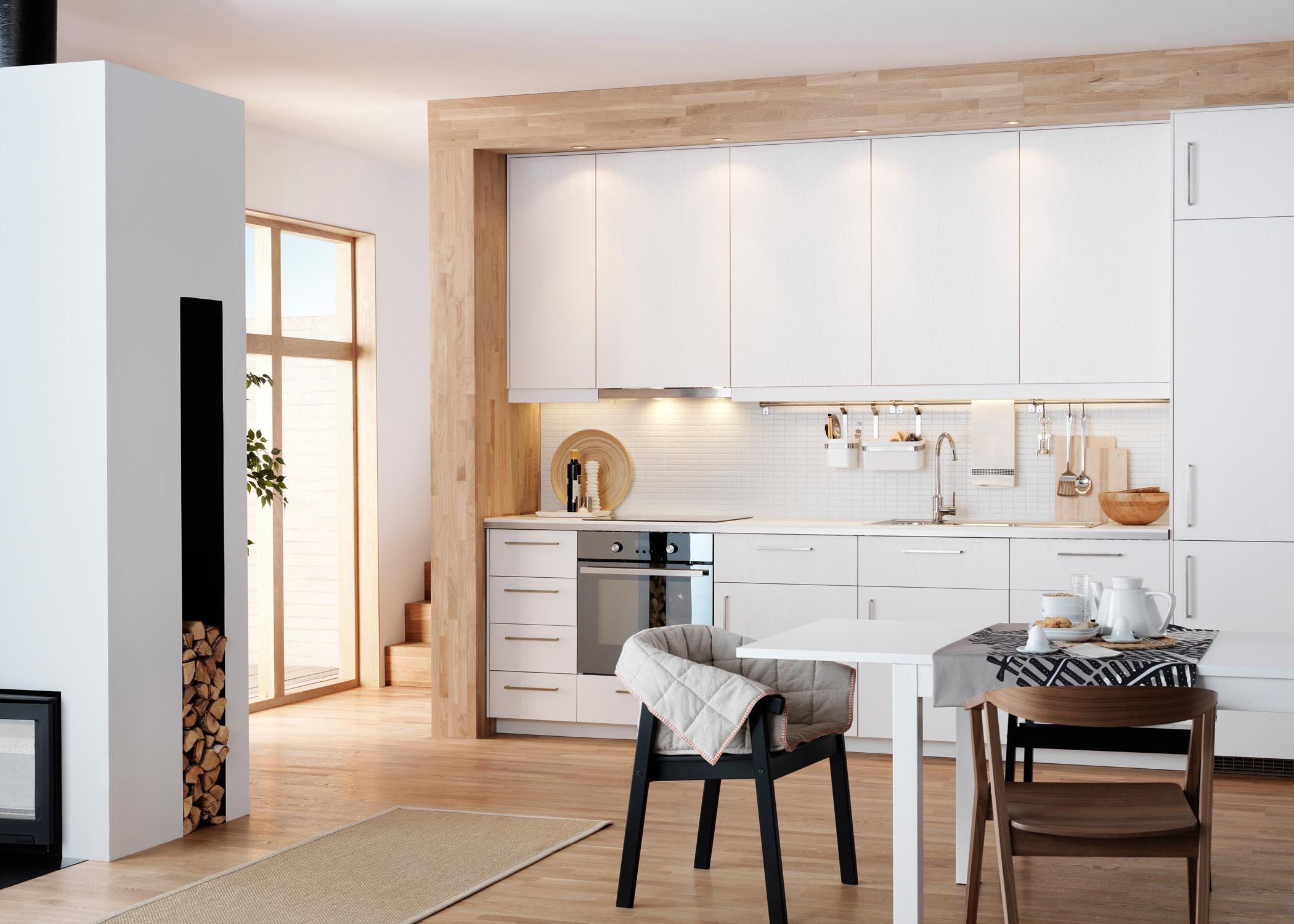 Weisse Kuchenfront Von Parkett Umrahmt Stuhl Teppich Kamin Esstisch Ikea