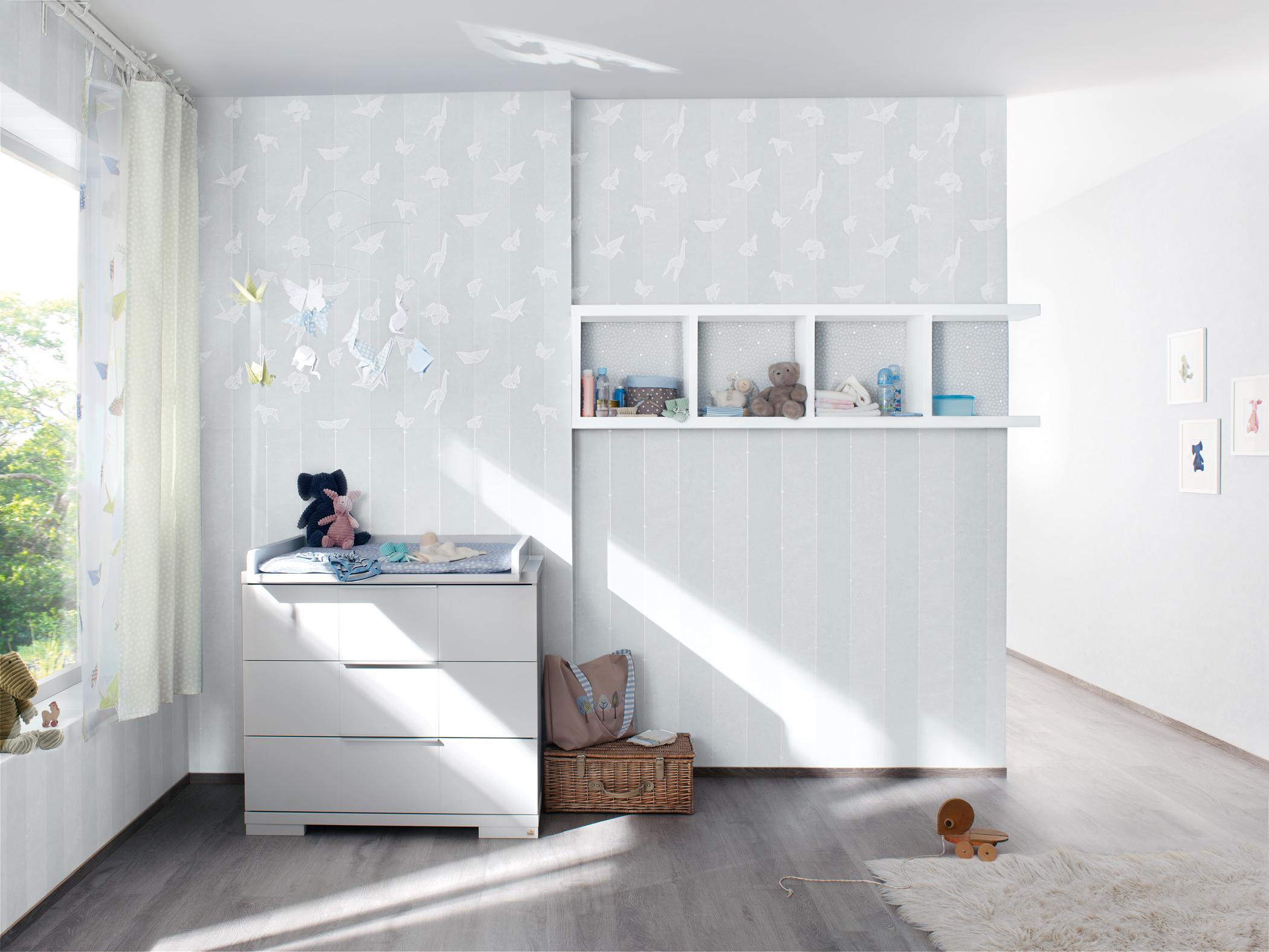 wei e wickelkommode im babyzimmer wandregal wandge. Black Bedroom Furniture Sets. Home Design Ideas