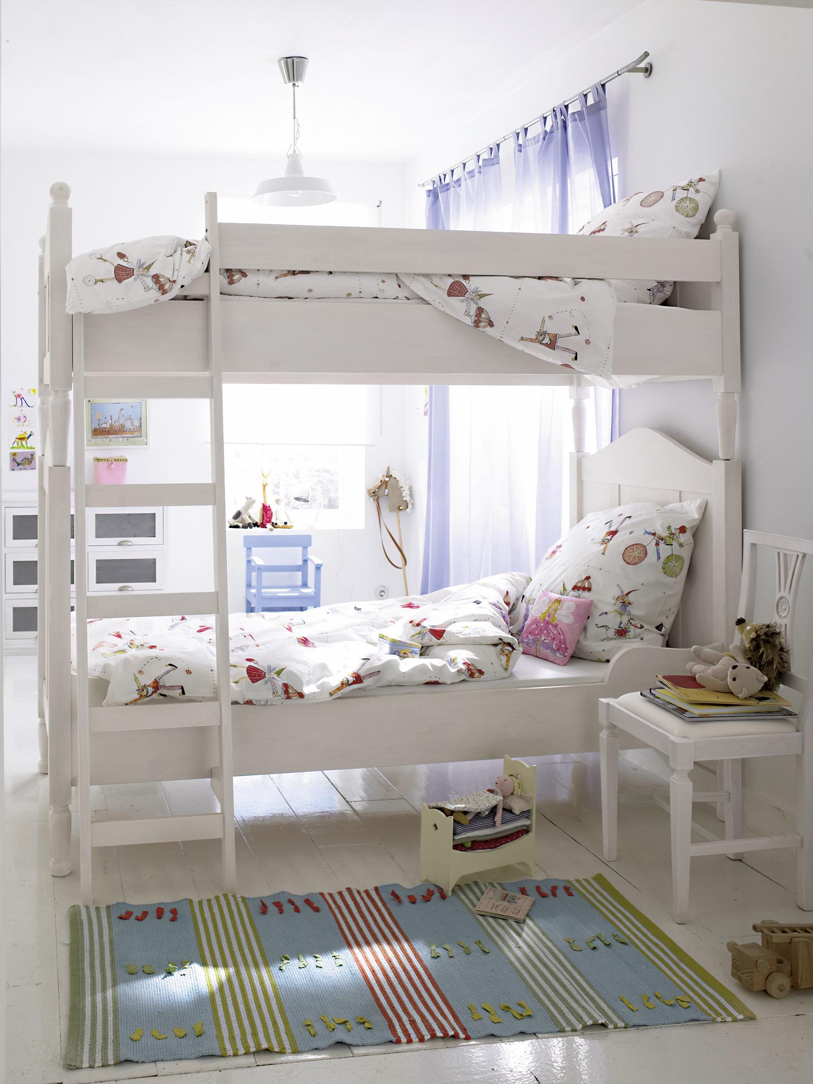 Weißes Etagenbett im Kinderzimmer #stuhl #teppich #b...